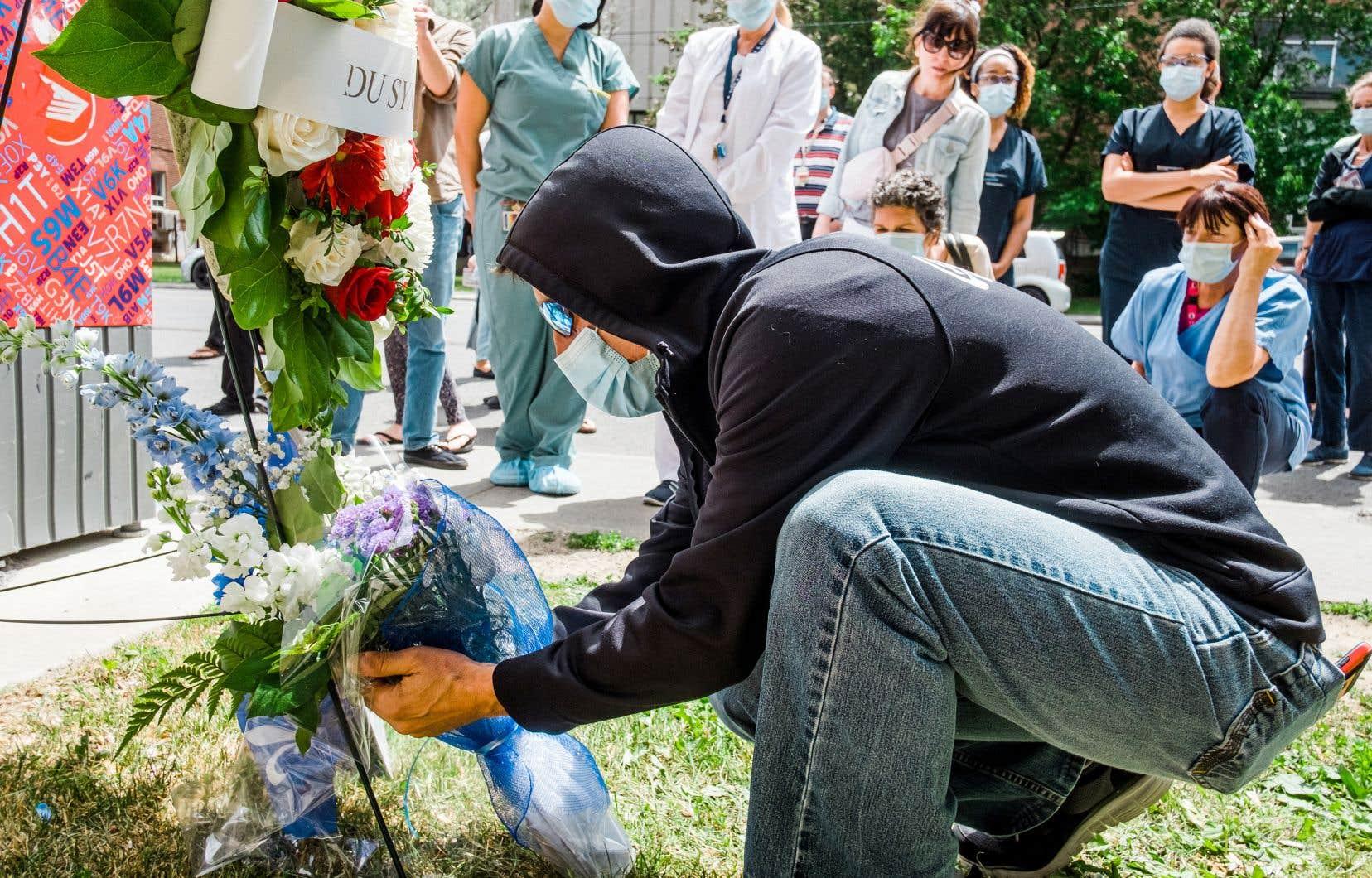 À l'initiative du syndicat du CIUSSS du Nord-de-l'Île-de-Montréal, une veillée en mémoire du défunt s'est tenue vendredi au pied de l'hôpital Jean-Talon.