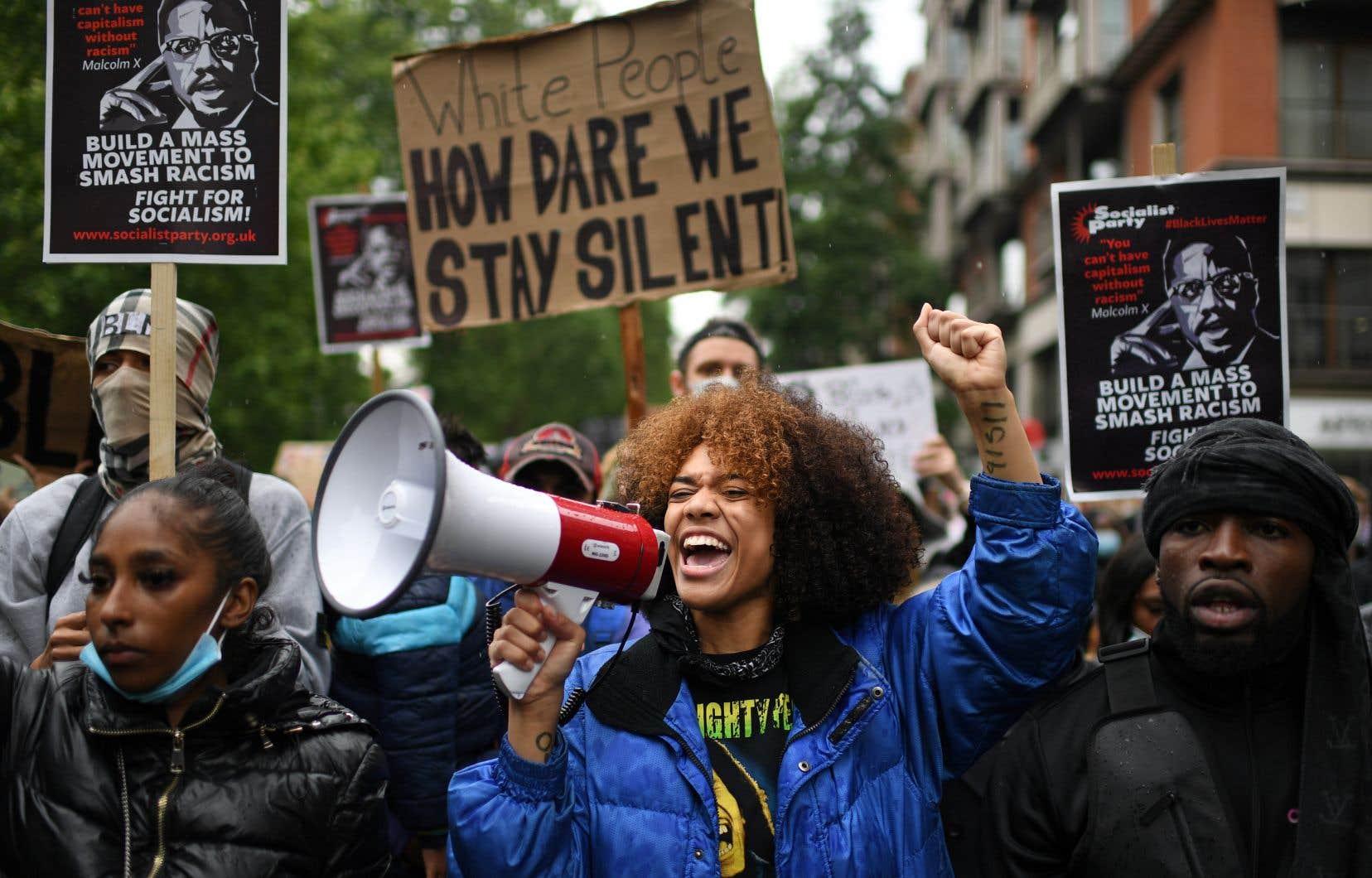 Bien que le mouvement Black Lives Matter ait annulé la manifestation prévue en début d'après-midi dans le centre de la capitale, plusieurs centaines de personnes se sont rassemblées à Hyde Park avant de se diriger vers le parlement.