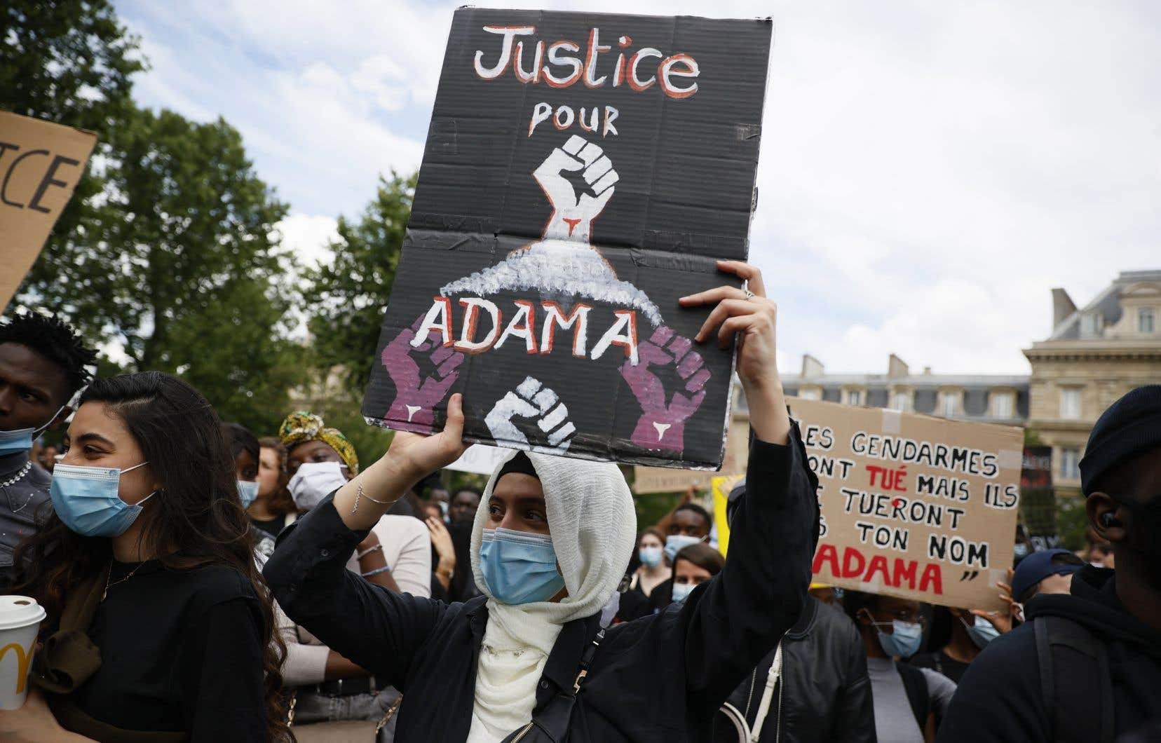 Le rassemblement s'est déroulé à l'initiative du comité Adama Traoré, du nom d'un jeune homme noir mort en juillet 2016 après avoir été appréhendé par des gendarmes en région parisienne.