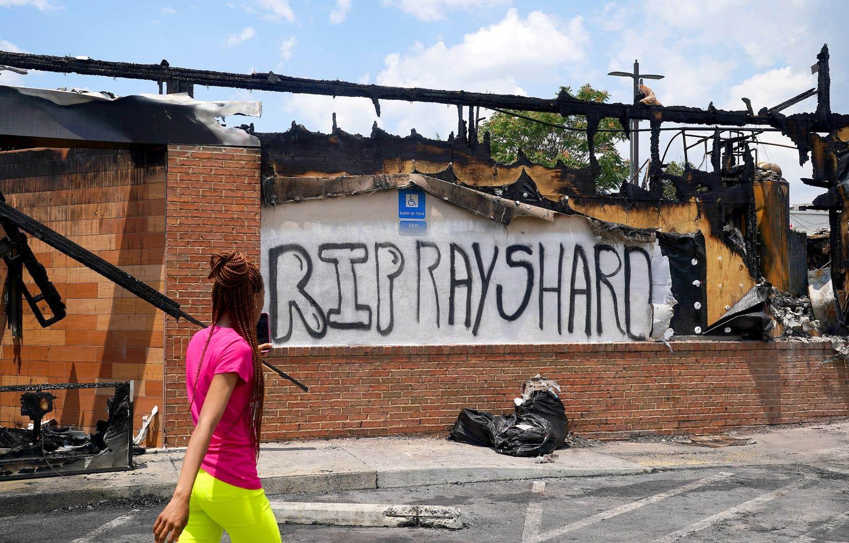 Des manifestants ont incendié, samedi, ce restaurant près duquel Rayshard Brooks a été mortellement blessé par un policier vendredi à Atlanta.