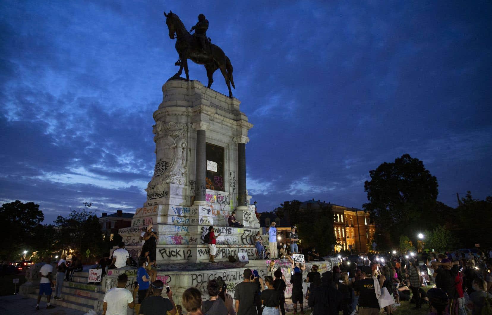 Comme d'autres monuments à travers le monde, la statue du général Robert E. à Richmond, en Virginie, a été vandalisée.