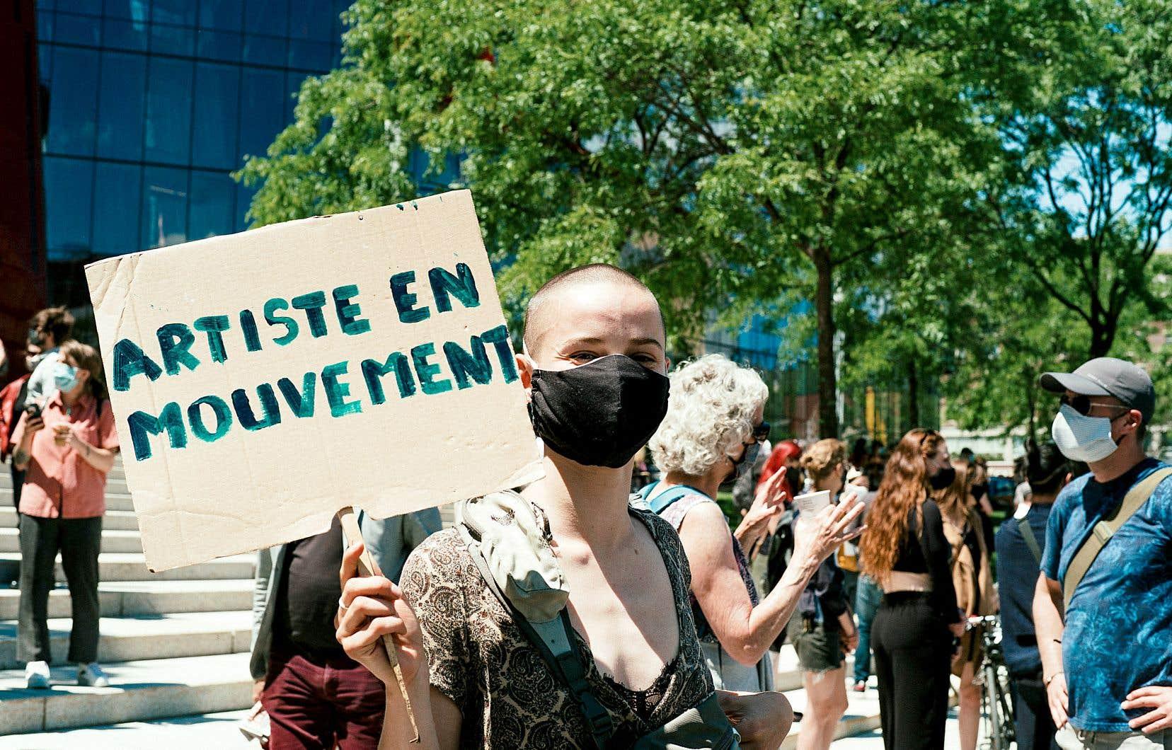 Les artisans des arts vivants ont répondu à l'appel du metteur en scène Martin Faucher, lancé la semaine dernière, et se sont réunis à midi dans le Quartier des spectacles à Montréal et devant le parlement à Québec.