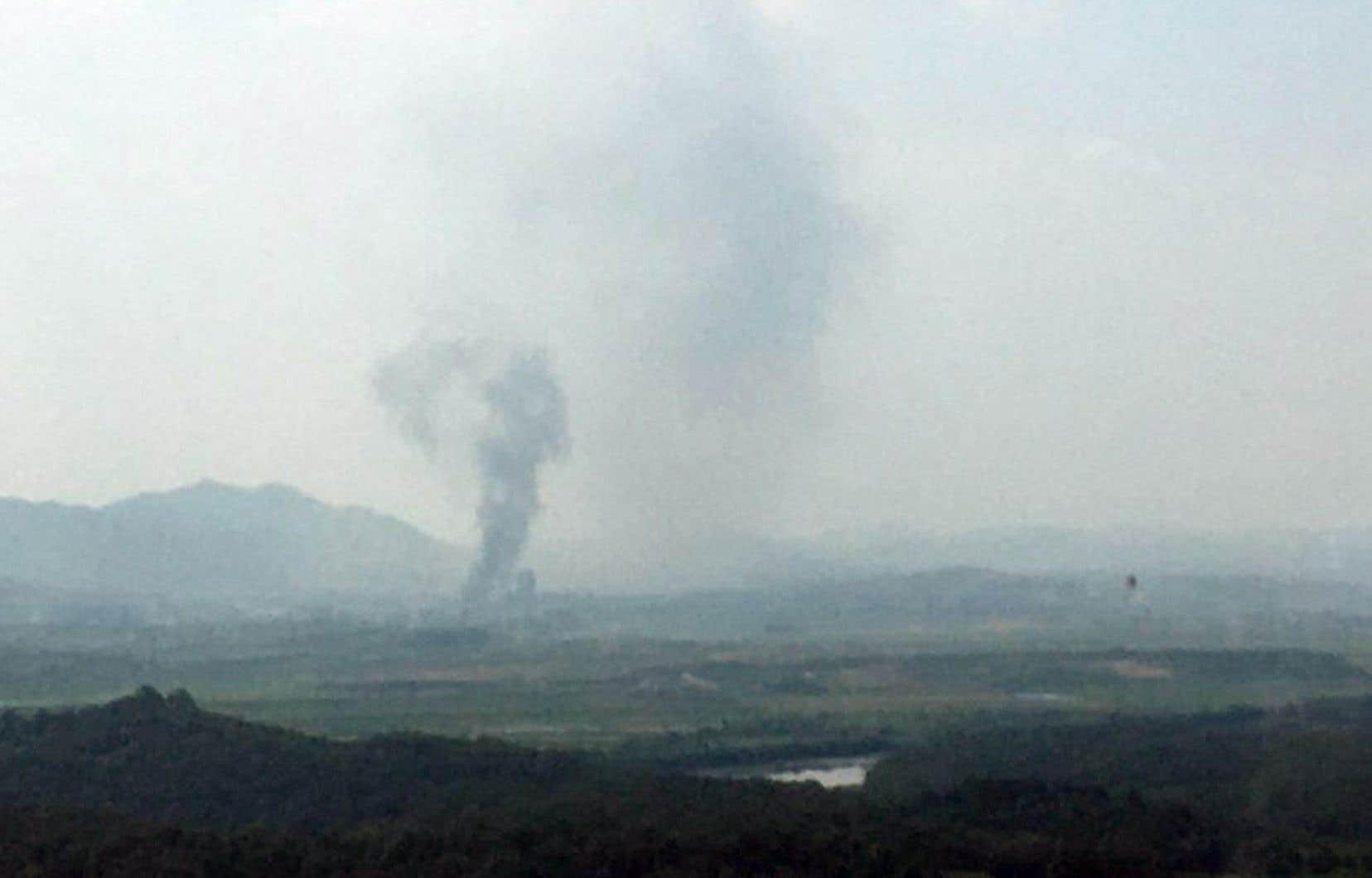 <p>La télévision sud-coréenne a diffusé des images montrant de la fumée s'élevant de la zone industrielle située de l'autre côté de la frontière, dans la ville nord-coréenne de Kaesong, où le bureau de liaison a été installé il y a moins de deux ans.</p>