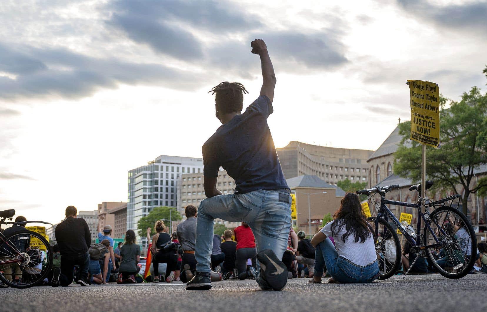 Le décès de George Floyd, un Noir mort asphyxié sous le genou d'un policier blanc le 25 mai, a fait naître à travers les États-Unis la plus forte mobilisation depuis le mouvement pour les droits civiques dans les années 1960.
