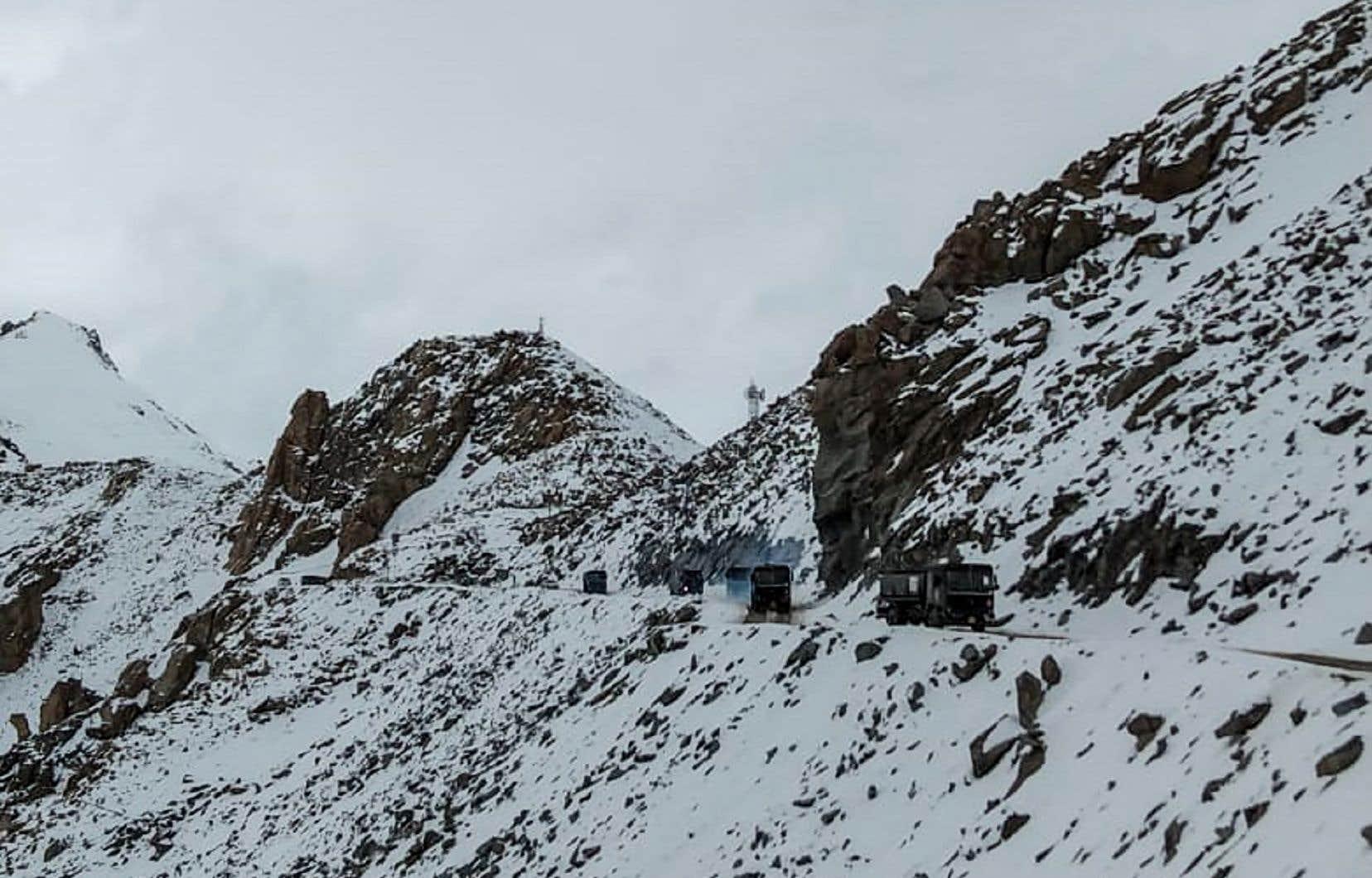 Des véhicules de l'armée indienne ont roulé sur une route près du col de Chang La, dans la région du Jammu-et-Cachemire au Ladakh, dans le nord de l'Inde, près de la frontière avec la Chine, le 17 juin 2020.