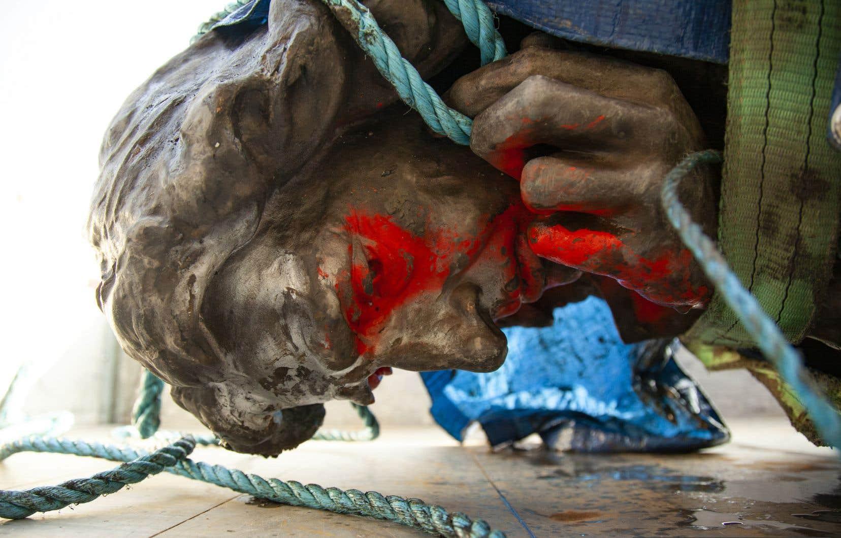 Une statue d'Edward Colston, vandalisée puis jetée dans le port de Bristol, dans le sud-ouest de l'Angleterre, avant d'être récupérée le 11 juin dernier.