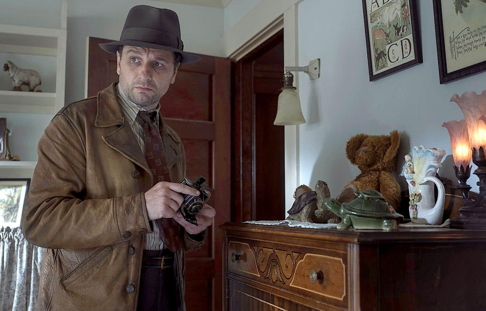 Dans la nouvelle version produite par HBO et réalisée par Timothy Van Patten, Perry Mason revit sous les traits de l'acteur gallois caméléon Matthew Rhys. L'action est campée en 1932, soit un an avant la parution du premier roman de la série.