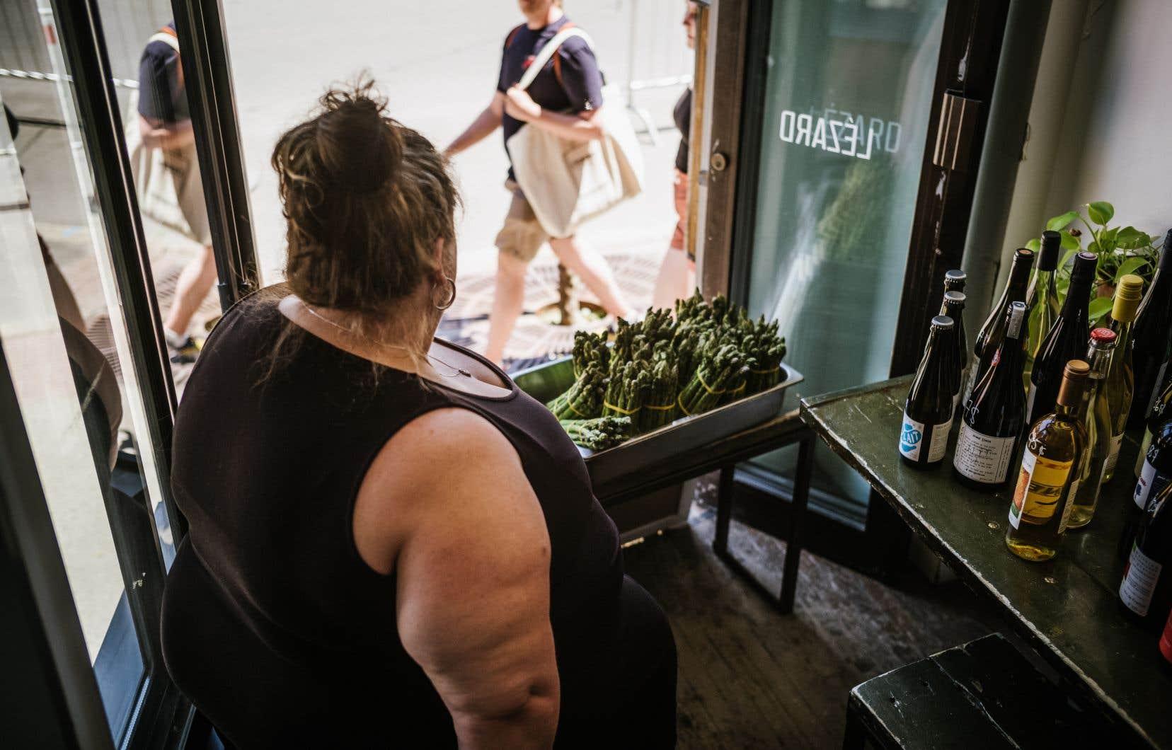 Rachel Chevalier Richard, la patronne du café Lézard rue Masson, s'adapte aux règles de distanciation sociale en offrant un service pouremporter et se prépare à la réouverture prochaine.