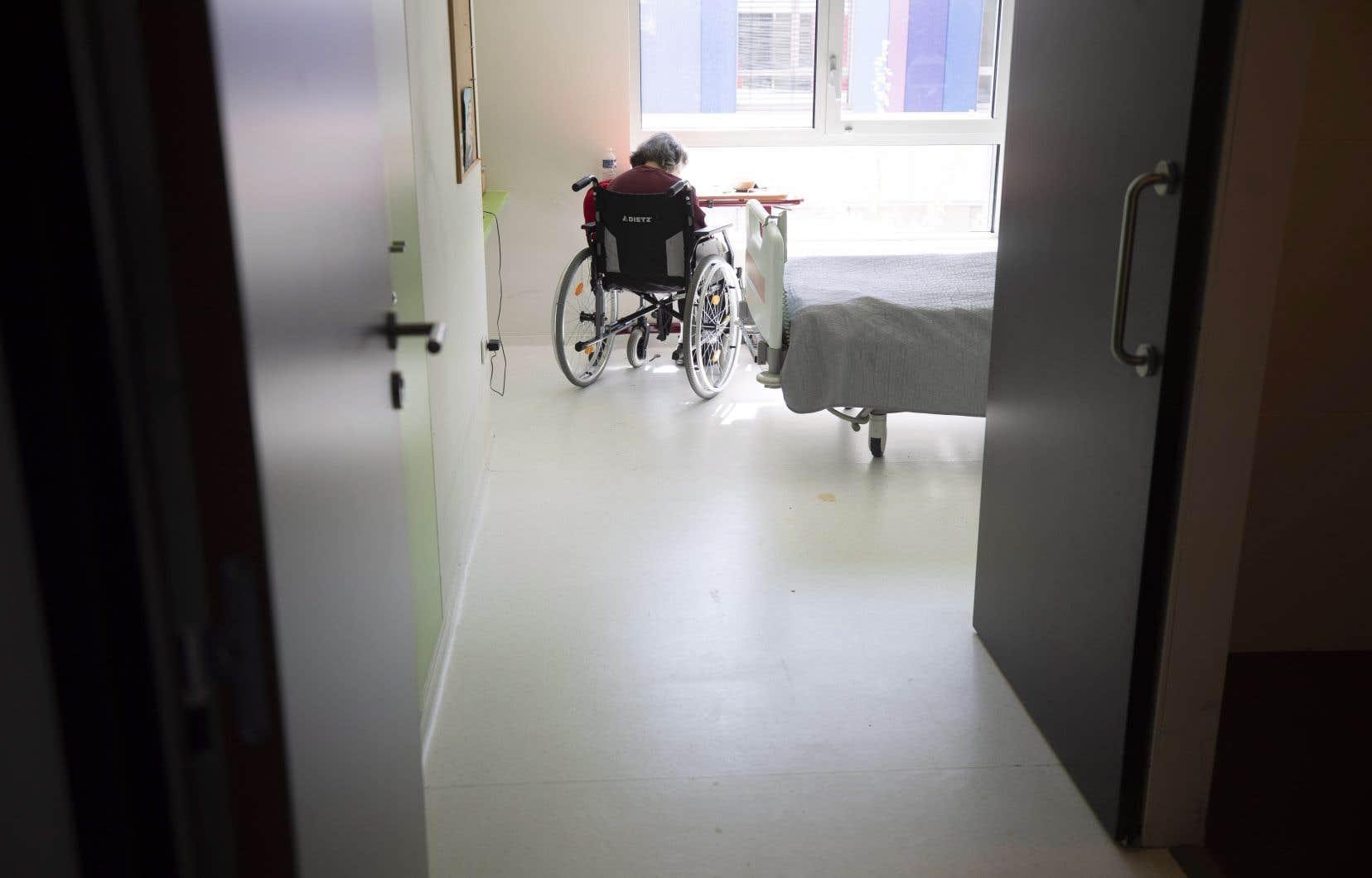 «Les conséquences d'un tel confinement sont nombreuses chez les personnes âgées. En effet, l'isolement social et l'immobilisation qu'elles subissent ont des effets néfastes sur leur santé physique, psychologique et cognitive», affirment les auteurs.