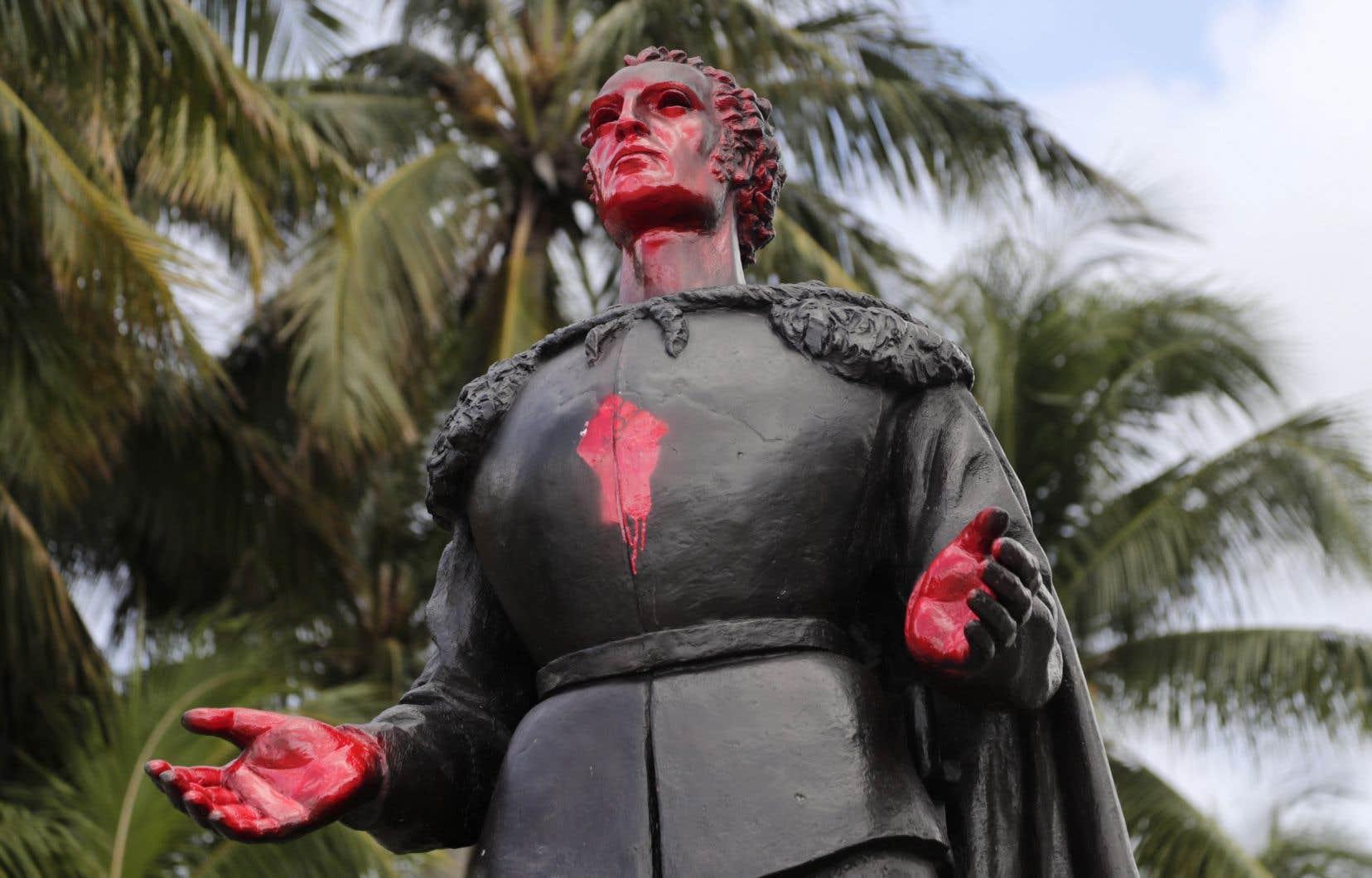 Une statue de Christophe Colomb vandalisée, le 11 juin à Miami.