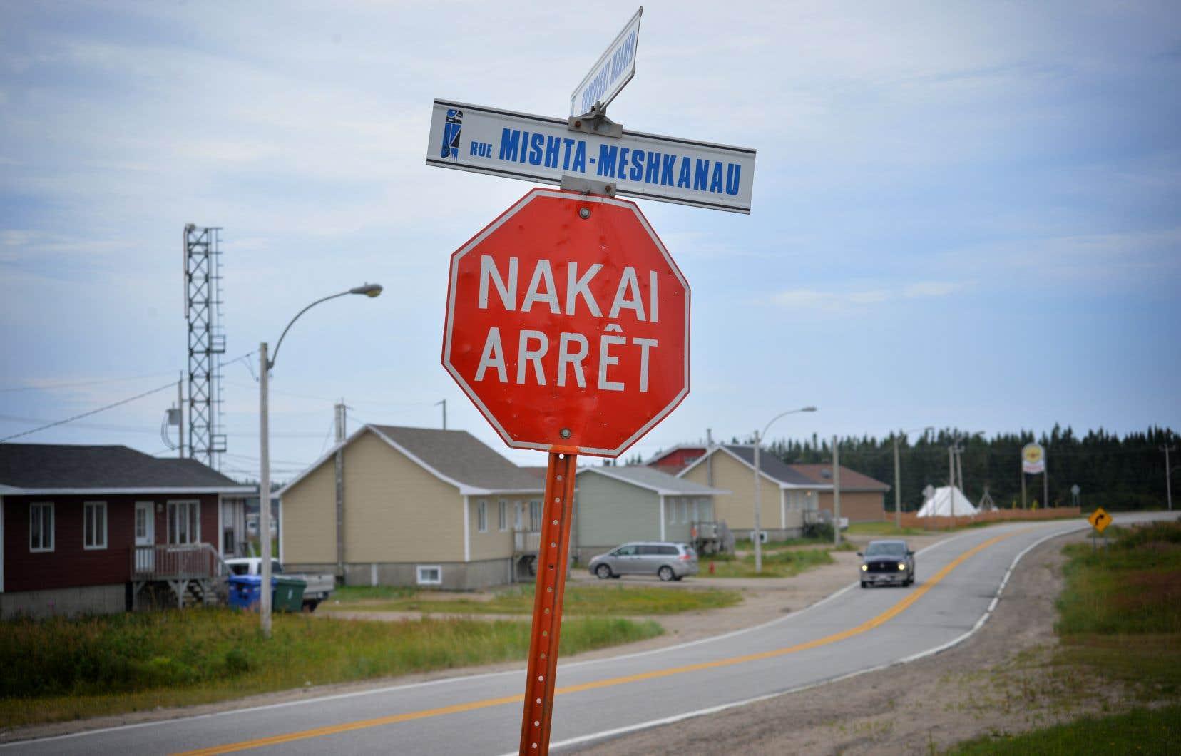La communauté innue d'Ekuanitshit est située à 200 km à l'est de Sept-Iles, au confluent de la rivière Mingan et du fleuve St-Laurent. Elle compte une population de 553 personnes.