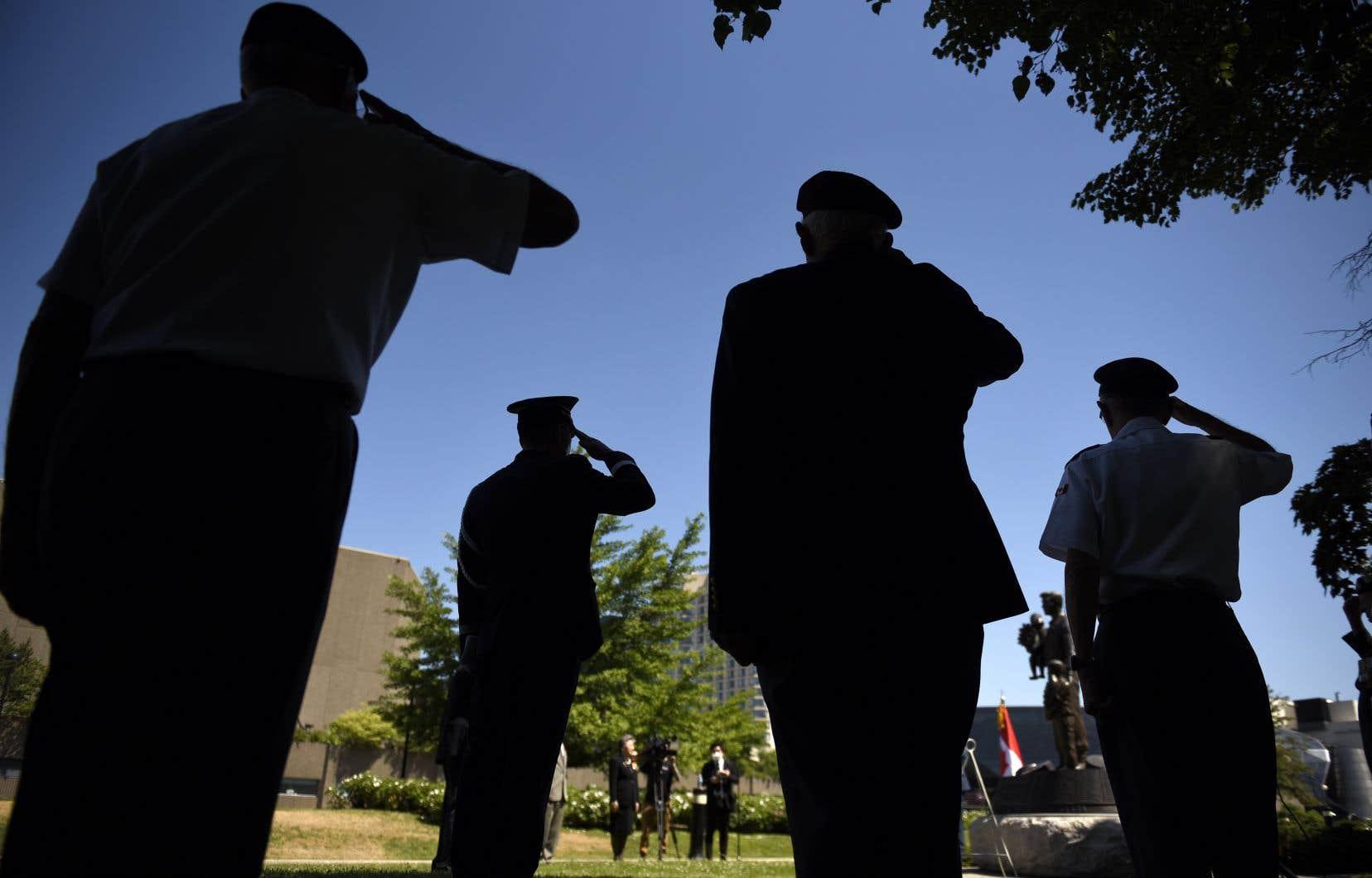 Un petit groupe de dignitaires canadiens et coréens ont assisté à la cérémonie, en compagnie d'une poignée d'anciens combattants qui ont participé au conflit.
