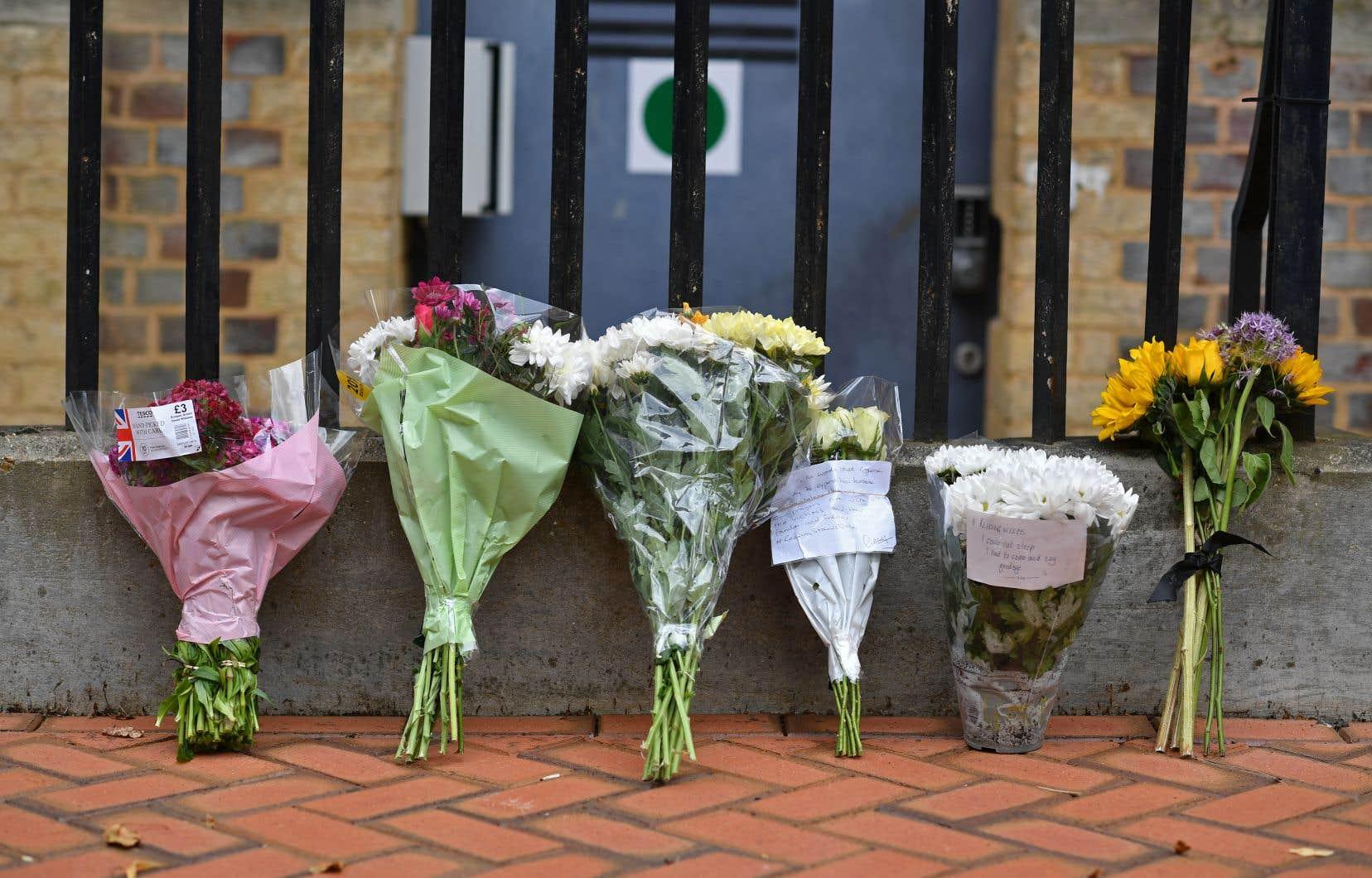 Près du parc où s'est déroulé le drame, des fleurs ont été déposées pour rendre hommage aux victimes.