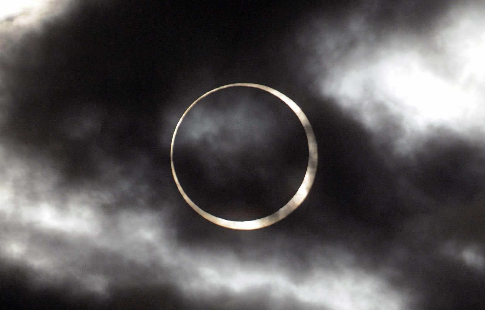 Lors d'une éclipse annulaire, la Lune passe devant le Soleil, dans un alignement avec la Terre suffisamment parfait pour le cacher, mais pas entièrement.