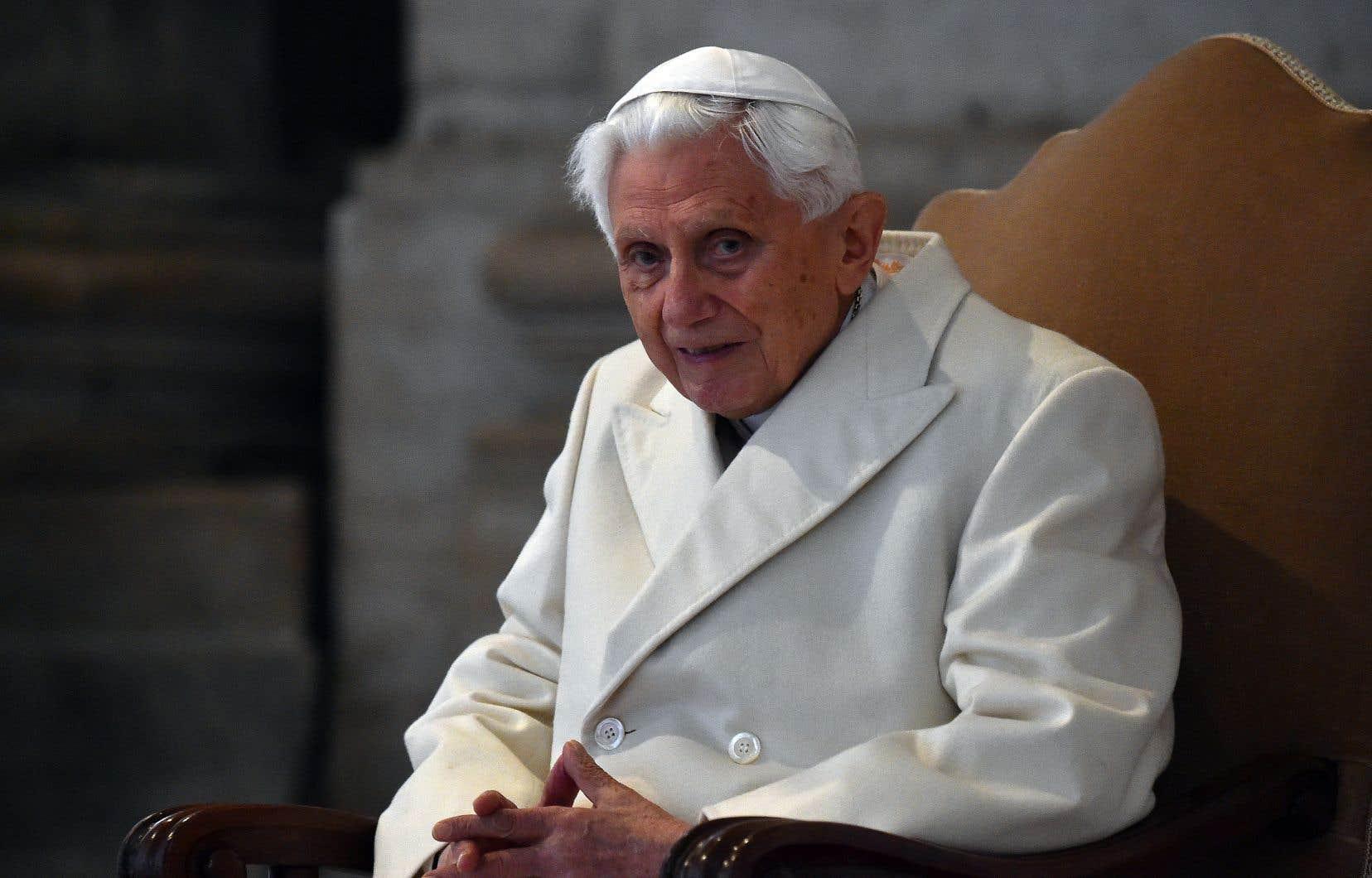 Benoît XVI mène une vie retirée dans un petit monastère au Vatican depuis sa renonciation.