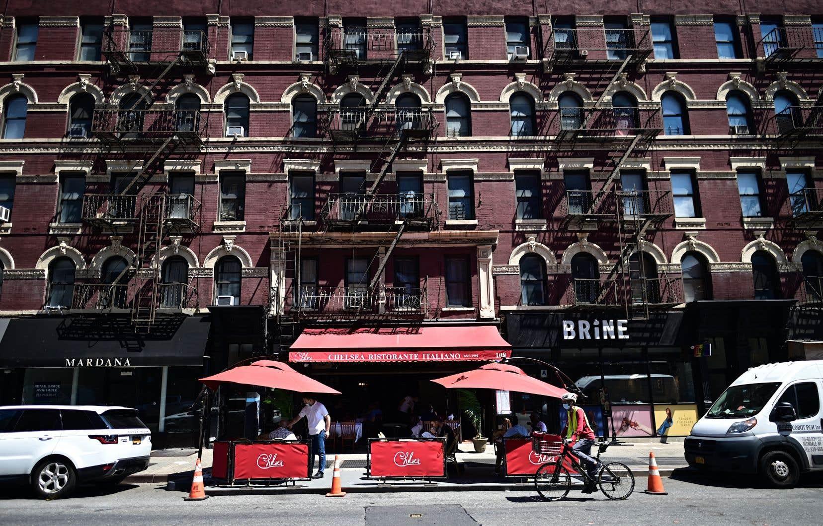 Restaurants et bars sont désormais autorisés à servir dehors, mais toujours pas en salle. Et New York, qui n'avait jusqu'ici pas une grande culture de terrasse, prend des allures parisiennes.