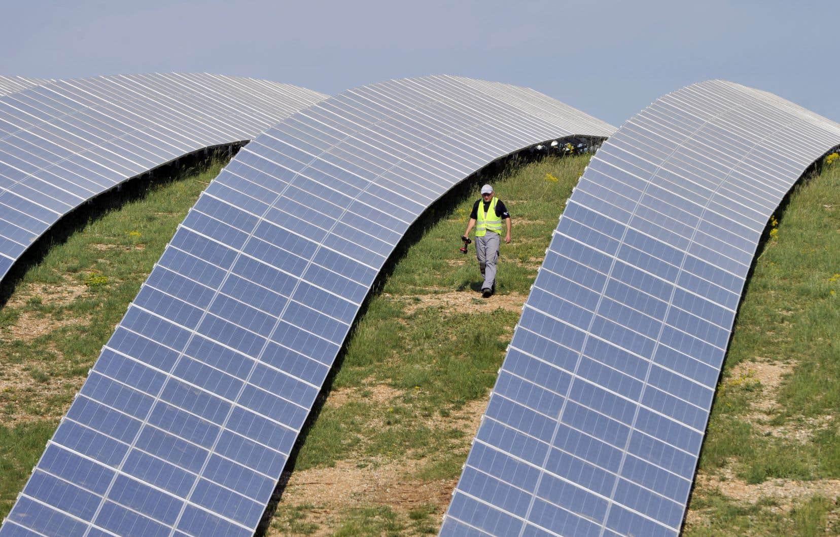 Chaque million de dollars américains investi dans les énergies renouvelables créerait trois fois plus d'emplois que la même somme investie dans les combustibles fossiles.