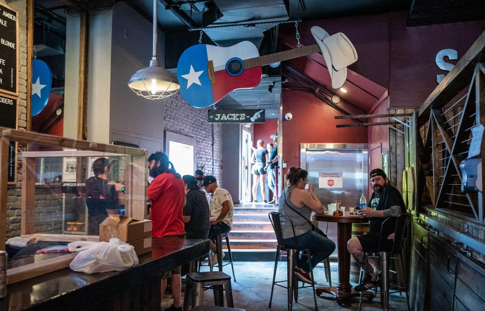 Les bars et restaurants avaient rouvert en mai, à respectivement 50 % et 75 % de leur capacité maximale.