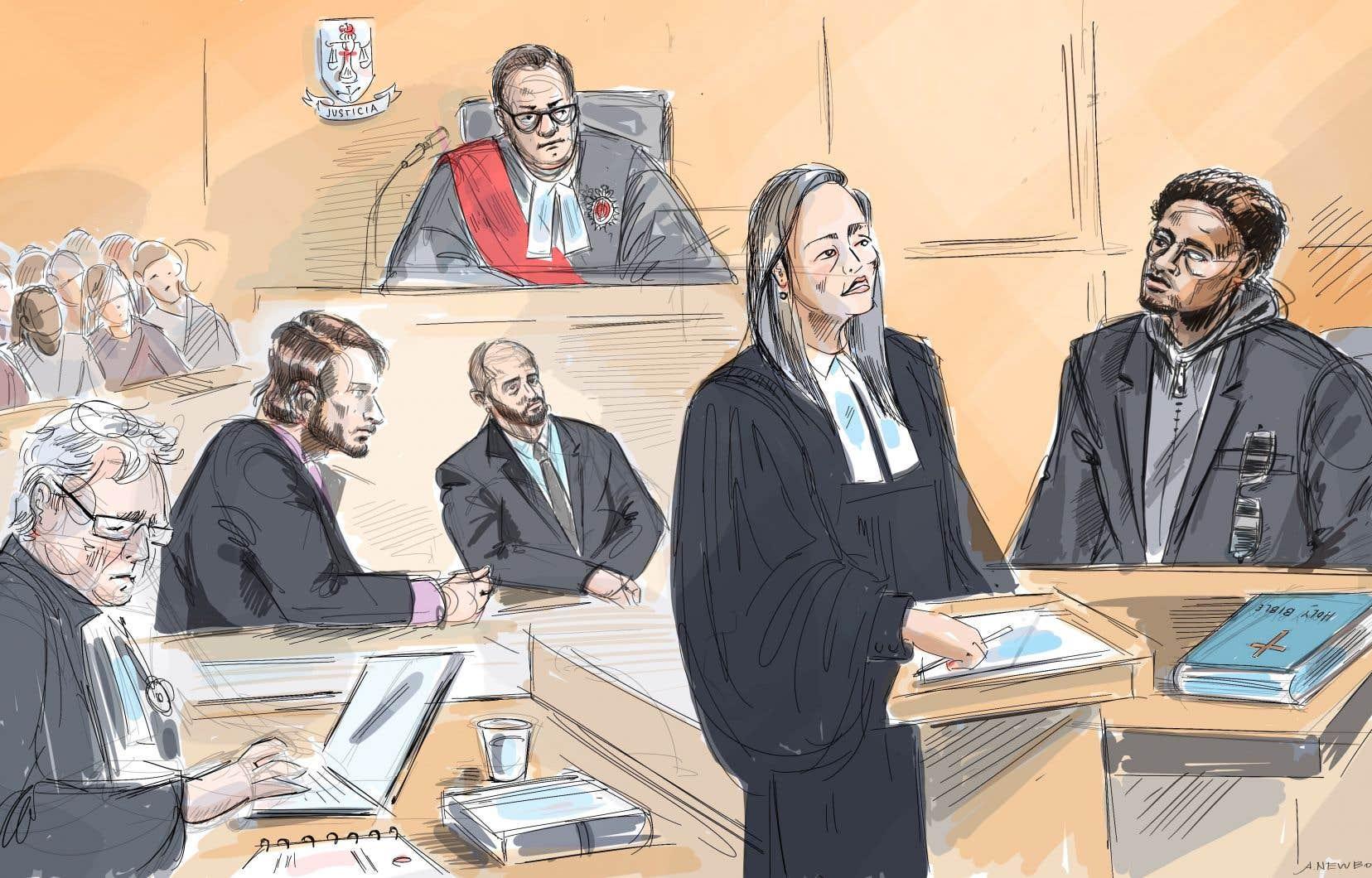 L'agent Michael Theriault et son frère Christian (au centre en bas, de gauche à droite) étaient accusés d'avoir poursuivi Dafonte Miller (à droite) en décembre 2016, le jeune de 19ans entre deux maisons à Whitby, en Ontario, avant de le battre si violemment avec un tuyau que son œil gauche a éclaté.