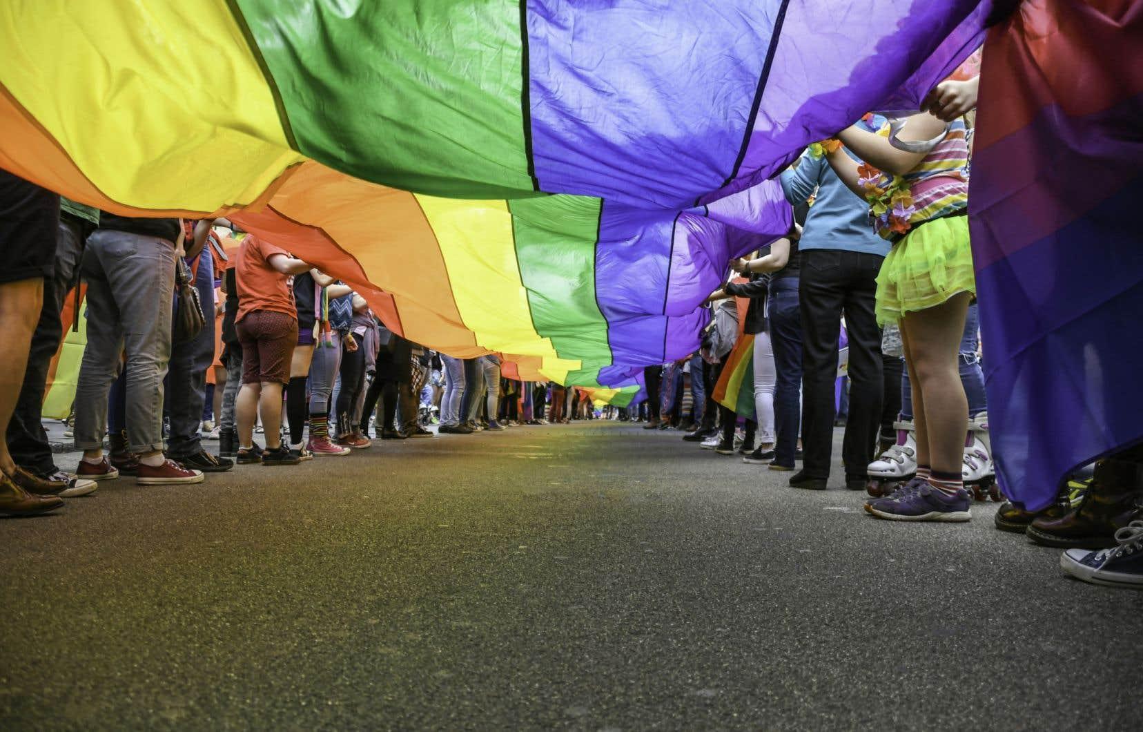Une étude a révélé que les individus dont l'orientation sexuelle était connue dans le réseau familial et d'amis avaient une meilleure santé psychologique.