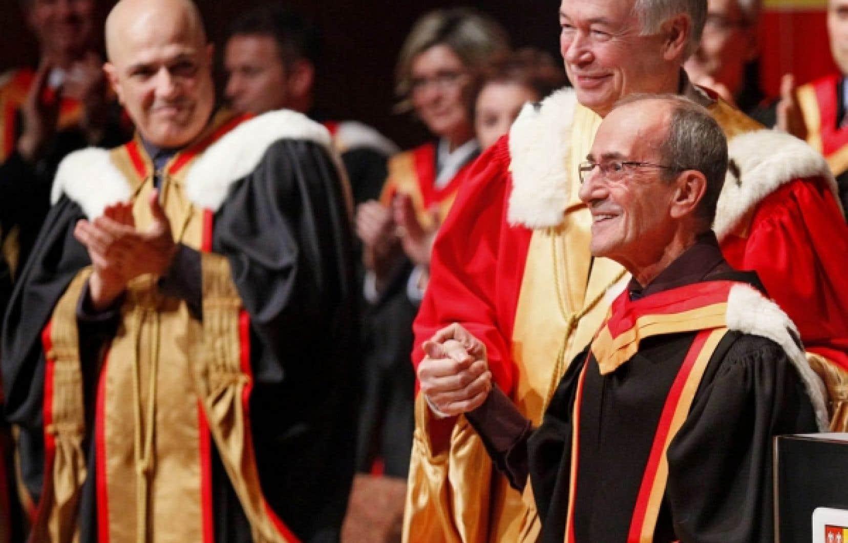Gilles Kègle, en compagnie du recteur de l'Université Laval, Daniel Brière, estime qu'il «faudrait en faire au moins dix fois plus» pour répondre aux demandes des démunis.