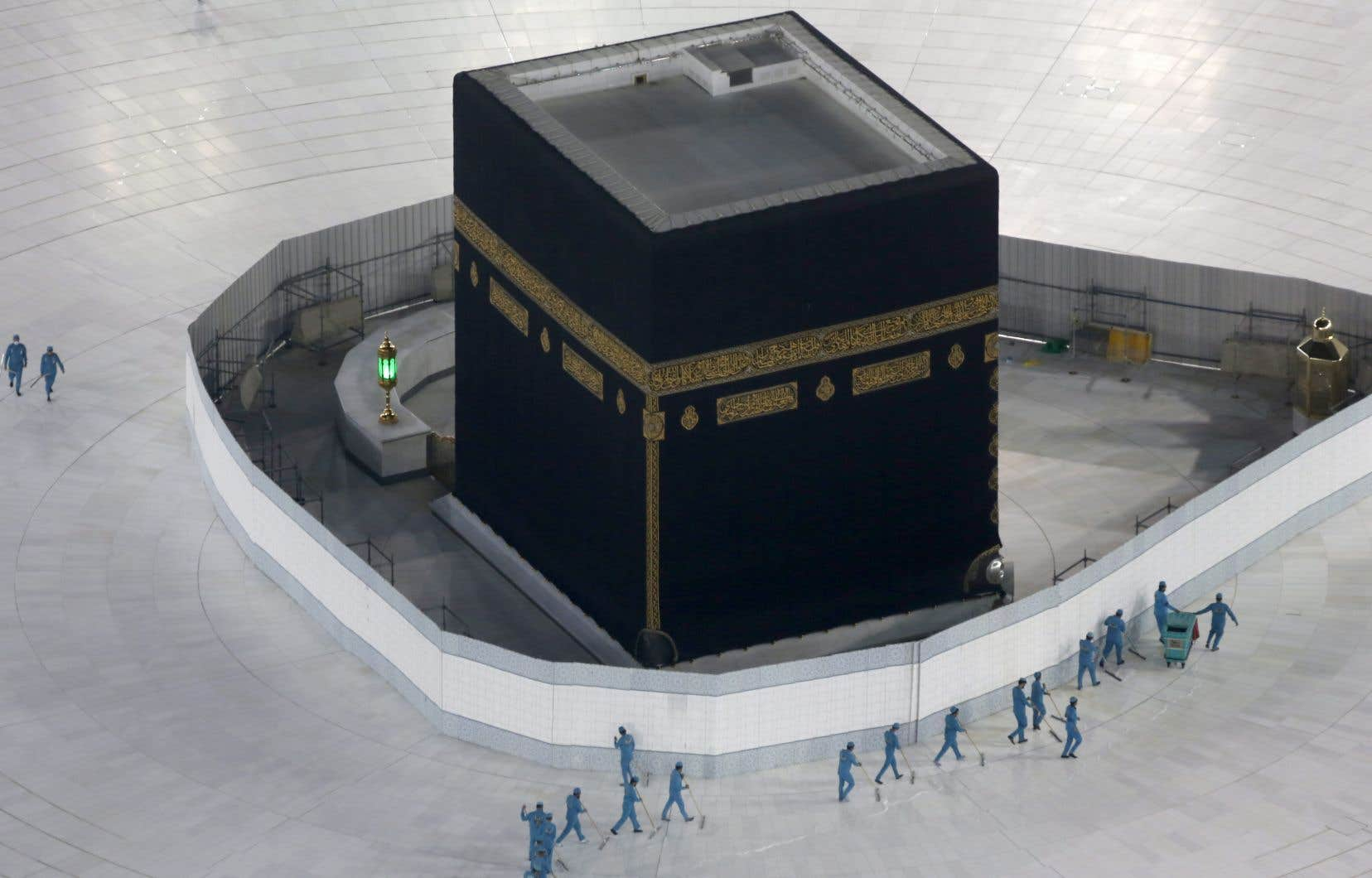 Des travailleurs désinfectaient les alentours de la Kaaba, à La Mecque, en mars dernier.