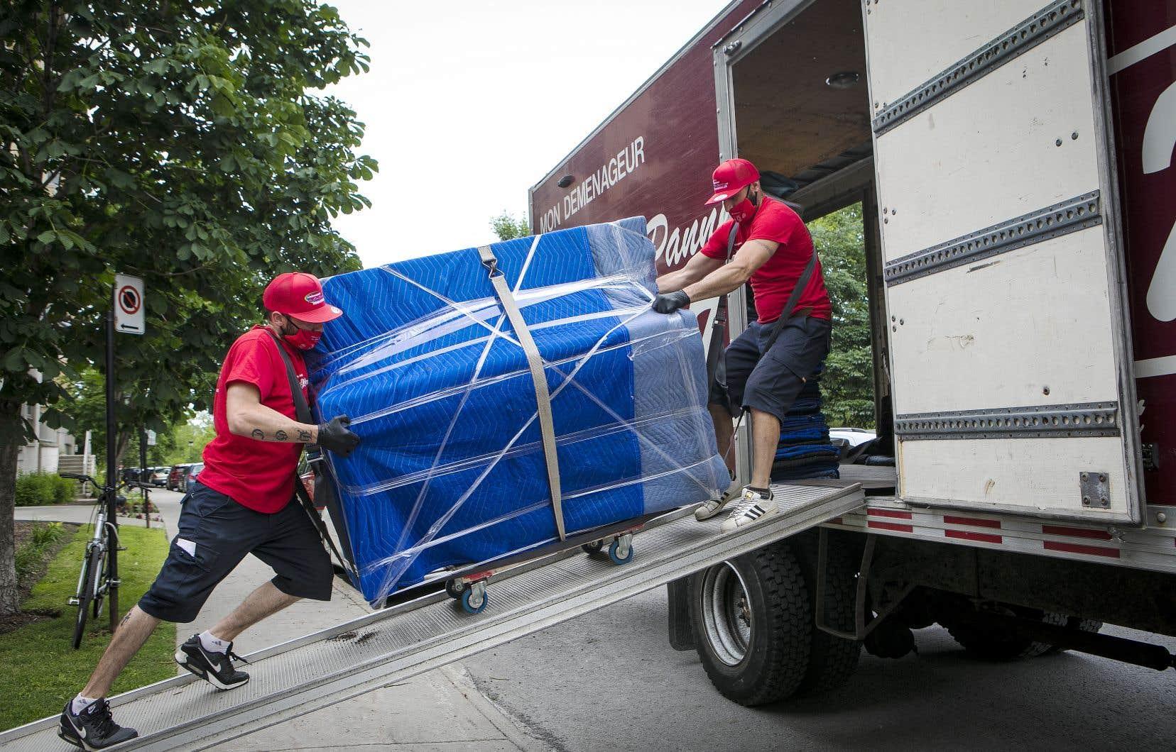 Désignées comme un service essentiel au début de la crise, les compagnies de déménagement ont dû rapidement adopter des mesures sanitaires pour protéger leurs déménageurs ainsi que les clients.