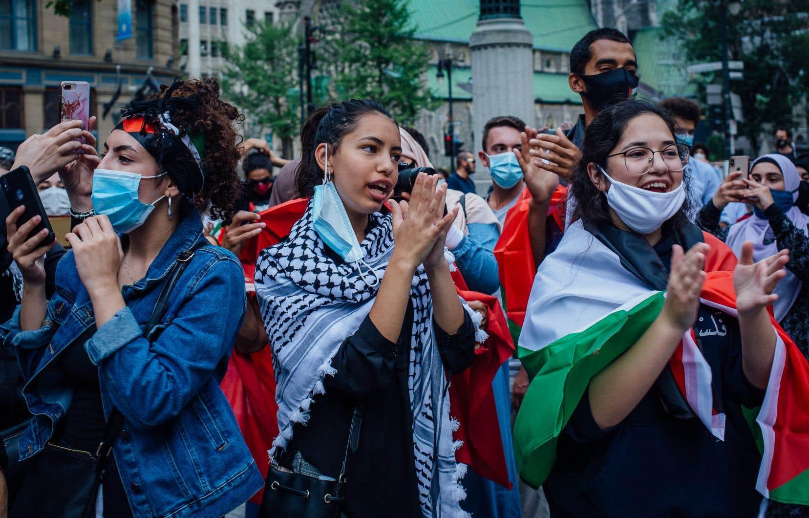 Les manifestants réunis au square Philips étaient pour la grande majorité masqués — pandémie oblige — et ont appelé à la «solidarité avec la Palestine».