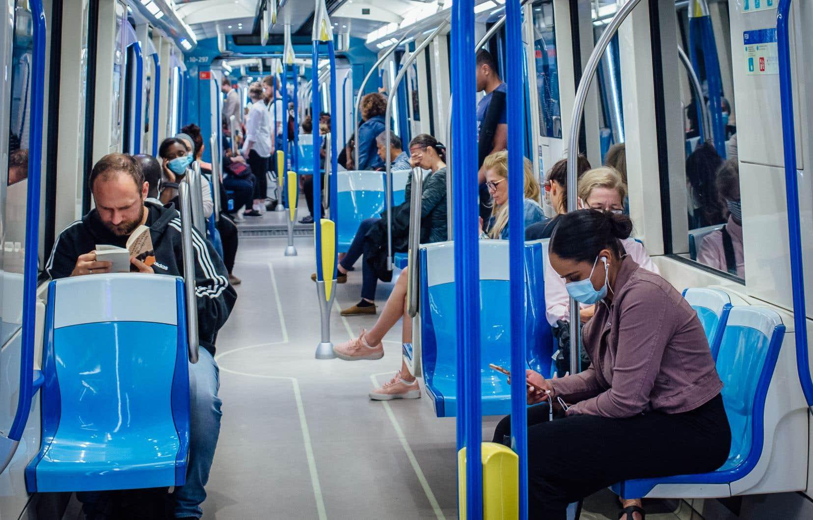 Le gouvernement a finalement décidé d'imposer le port du masque aux usagers des transports en commun. Le premier ministre François Legault en fera l'annonce mardi, à l'occasion d'une conférence de presse à Montréal.