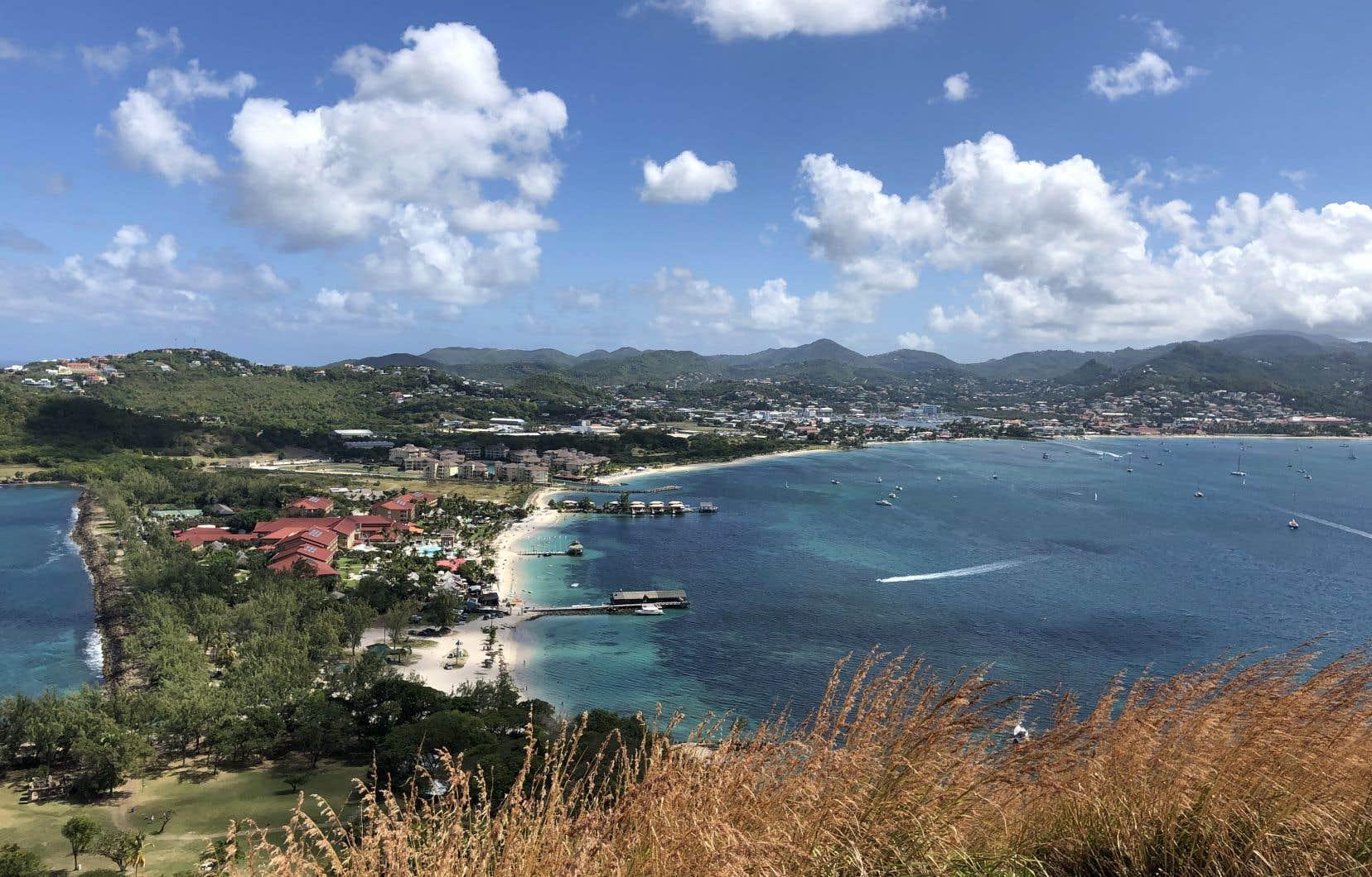 L'économie  des petits États insulaires en  développement, comme  Sainte-Lucie, dans les  Caraïbes,  dépend du tourisme.