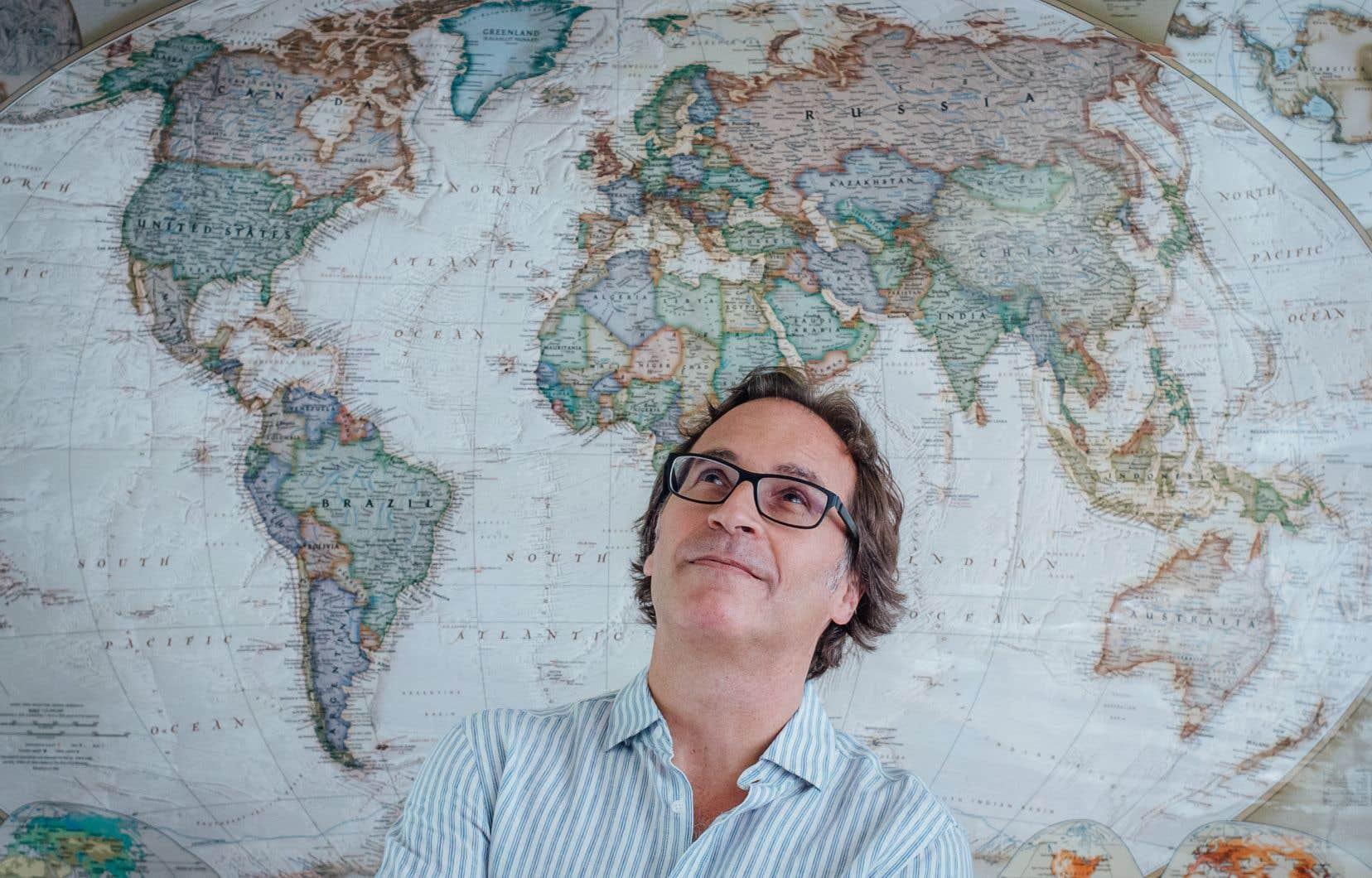 Gary Lawrence a foulé plus de 100 pays et territoires en près de 25 ans de carrière. Il a vu les paysages, les villes et les villages se transformer afin de plaire et d'accommoder la masse grandissante de voyageurs.