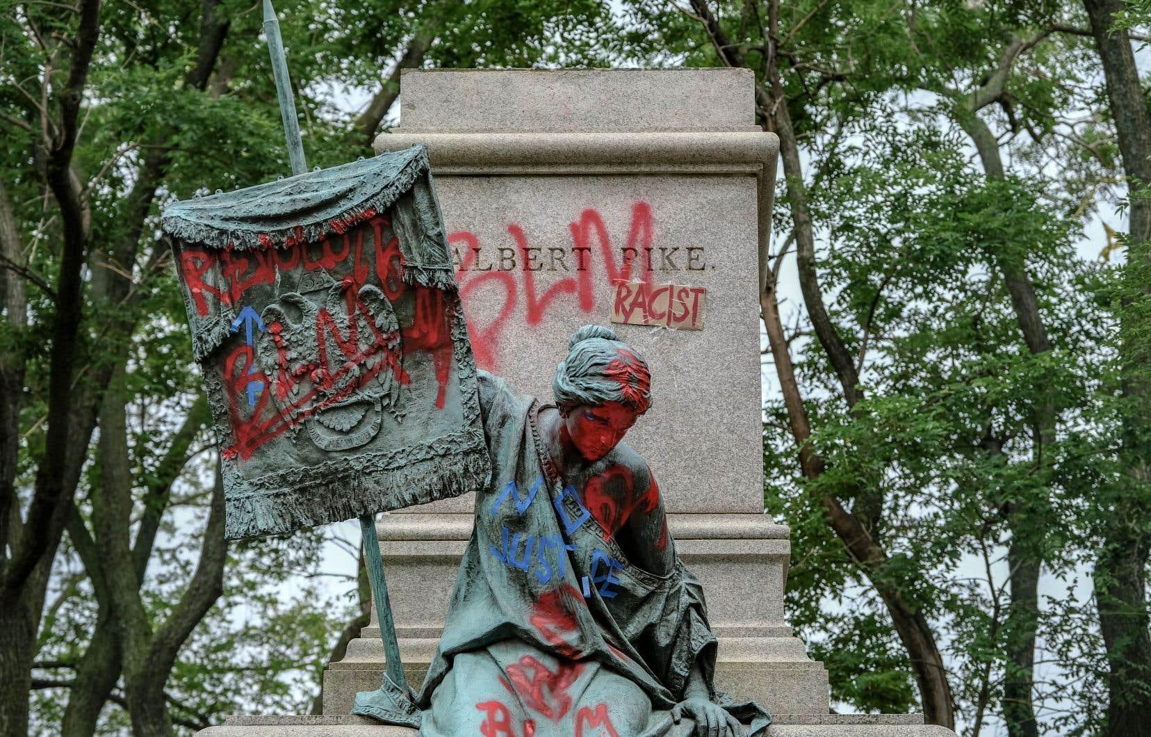 Plusieurs statues ont récemment été recouvertes de graffitis, vandalisées et même mises à terre dans le cadre des manifestations antiracistes qui ont déferlé sur le pays depuis la mort de George Floyd aux mains d'un policier blanc.