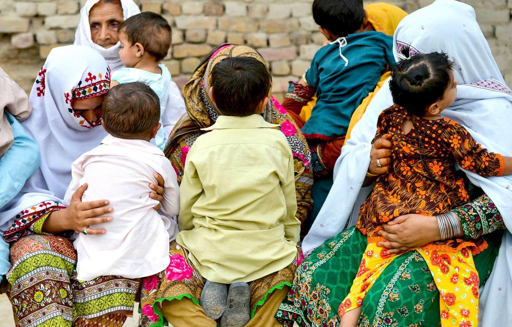 Selon le Fonds des Nations unies pour la population, la modification des règles en matière d'héritage peut éliminer une puissante incitation pour les familles à favoriser les fils plutôt que les filles et à éliminer le mariage des enfants.