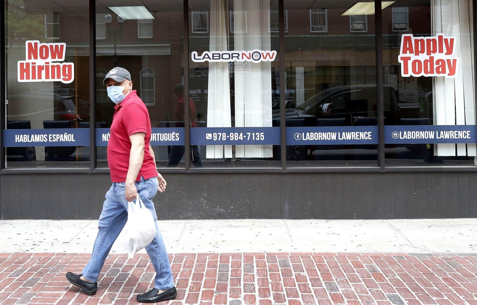 Un homme devant un centre d'emploi au Massachusetts