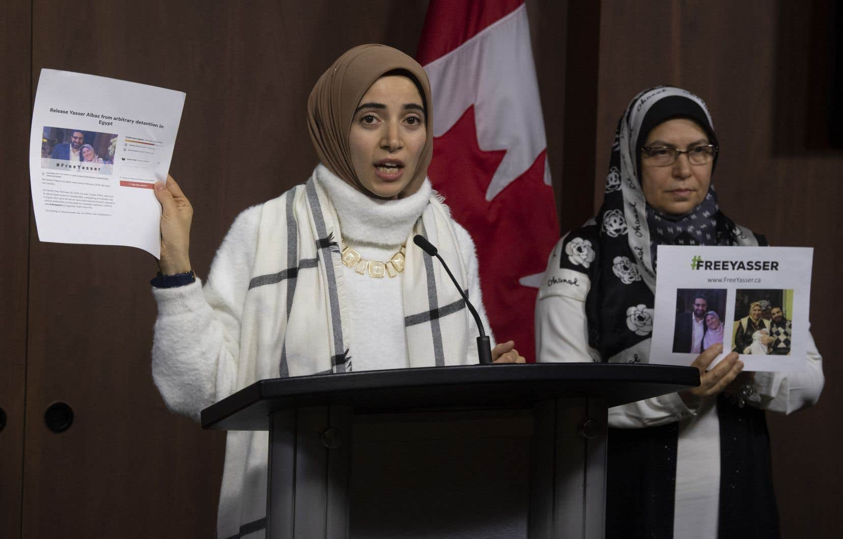 La santé de Yasser Albaz s'est récemment détériorée «et notre priorité va être de lui trouver le traitement médical dont il a grandement besoin», a indiqué sa fille Amal Ahmed Albaz (au micro). À droite sur la photo se trouve Safaa Eleshmawy, l'épouse de M. Albaz.