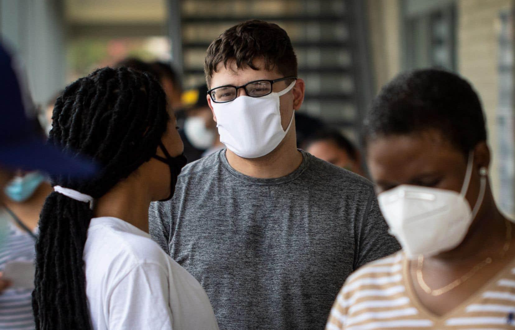 Des patients attendent en ligne pour un test de dépistage de la COVID-19 dans une clinique, à Dallas au Texas.
