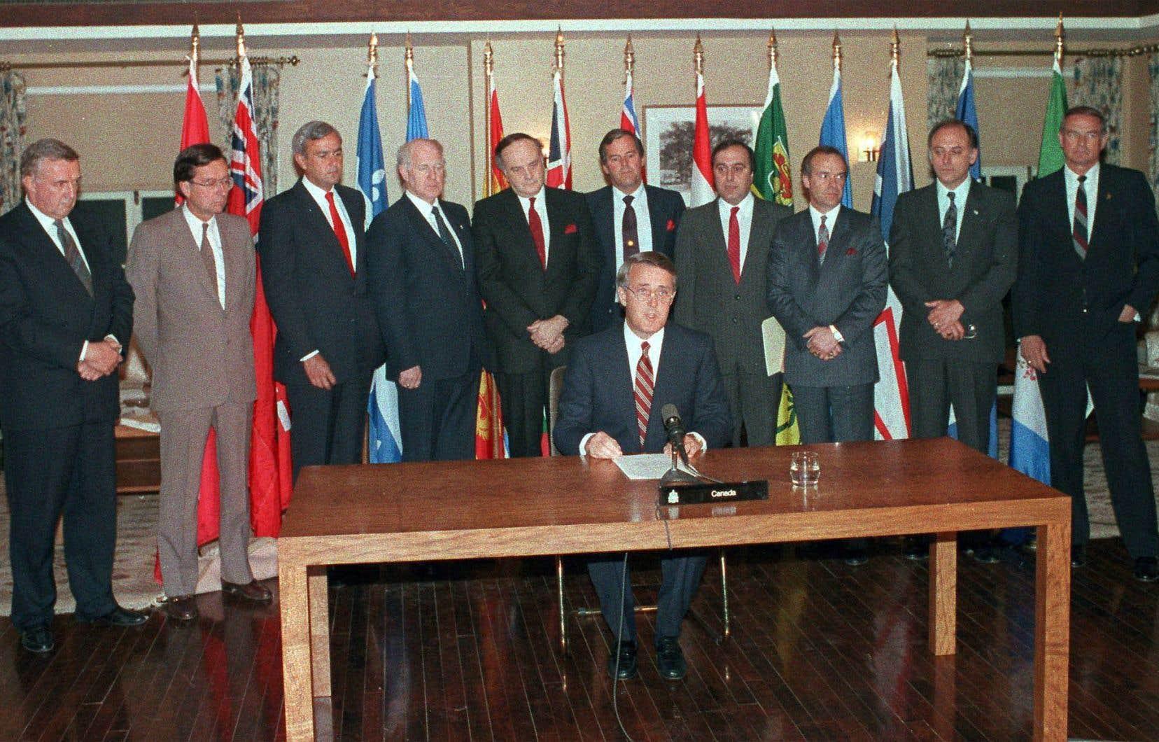 En plus de reconnaître que le Québec forme au sein du Canada une société distincte, l'accord du lac Meech garantit la présence de trois juges du Québec à la Cour suprême et la désignation de 24 sénateurs du Québec, et ce, à partir de listes de candidats soumises par le gouvernement québécois.