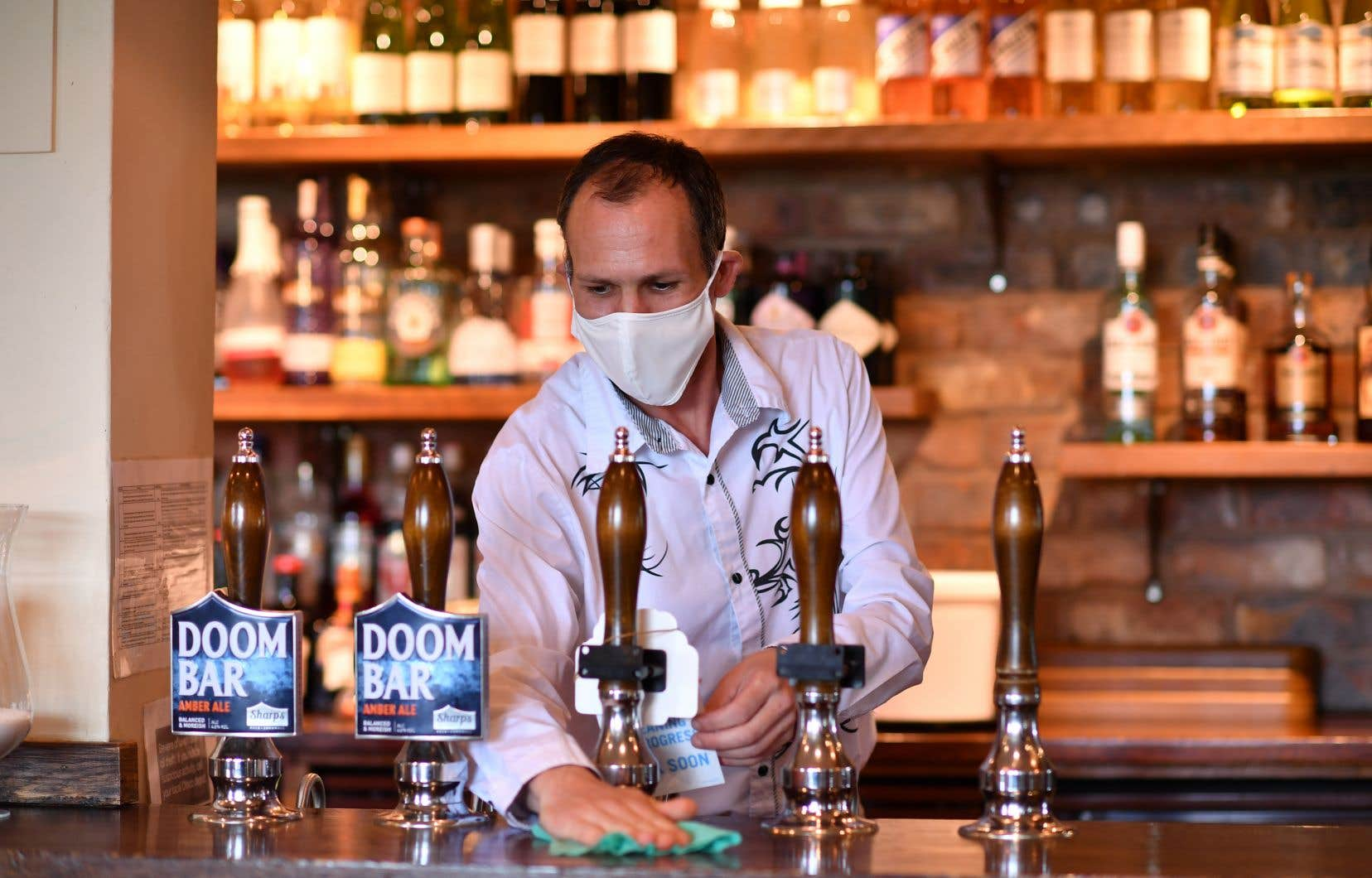 Pubs, hôtels, salons de coiffure, cinémas et musées reprennent du service samedi en Angleterre, une réouverture jugée prématurée par certains.