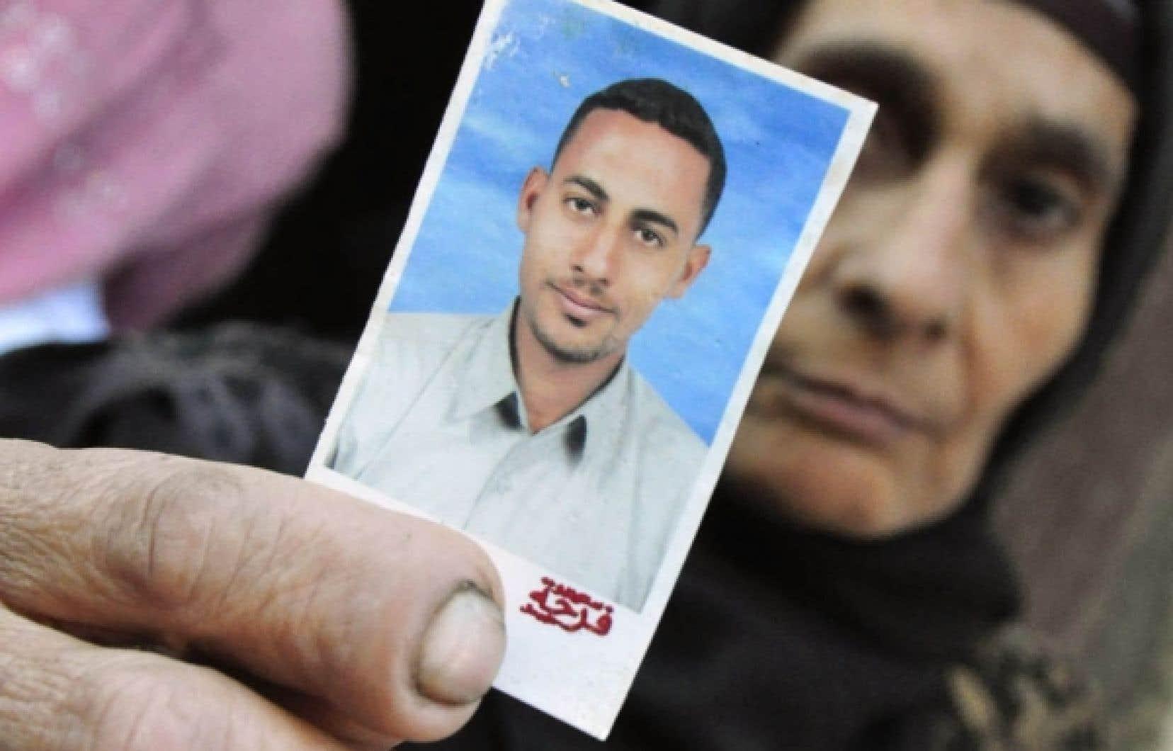 La mère de Ahmed Hashem el-Sayed montre la photo de son fils, un chômeur de 25 ans dépressif qui s'est immolé par le feu, hier, à Alexandrie.