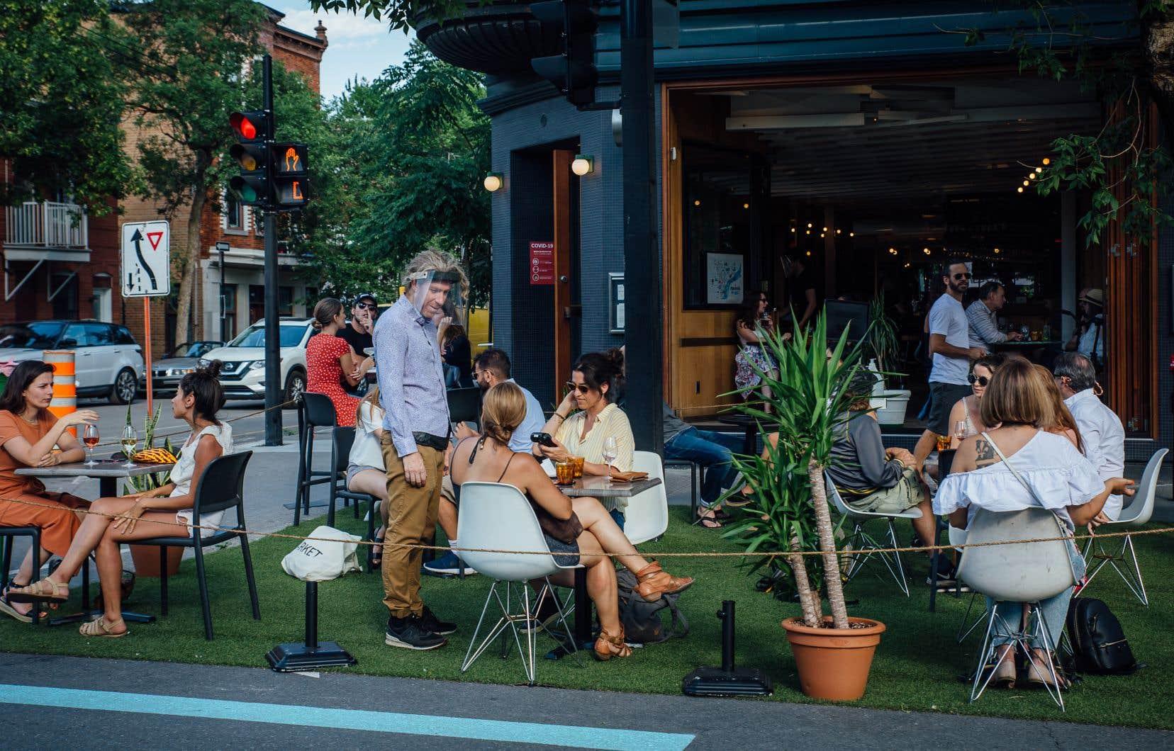 Une visite de plusieurs artères commerciales de Montréal dimanche en fin de journée a permis de constater que les bars, les pubs et les restaurants respectaient les règles de distanciation, certains ayant réaménagé leurs terrasses en conséquence.
