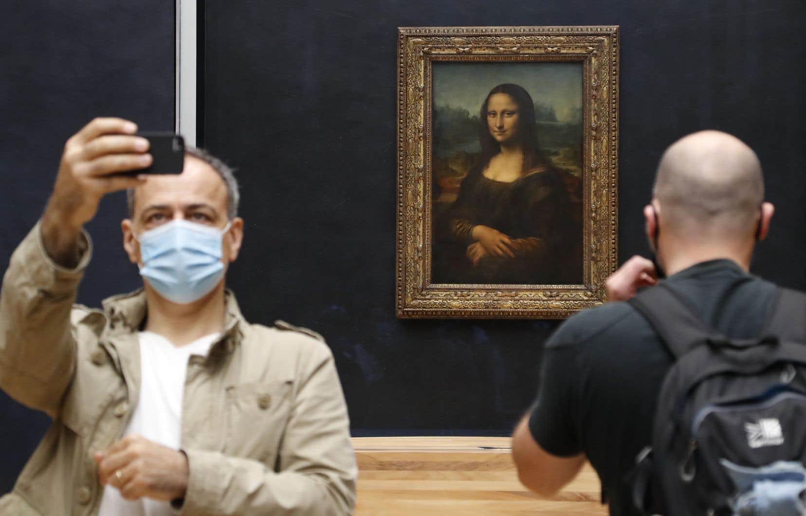 Devant <em>La Joconde</em>, principale attraction du Louvre, la valse des selfies a toutefois repris.