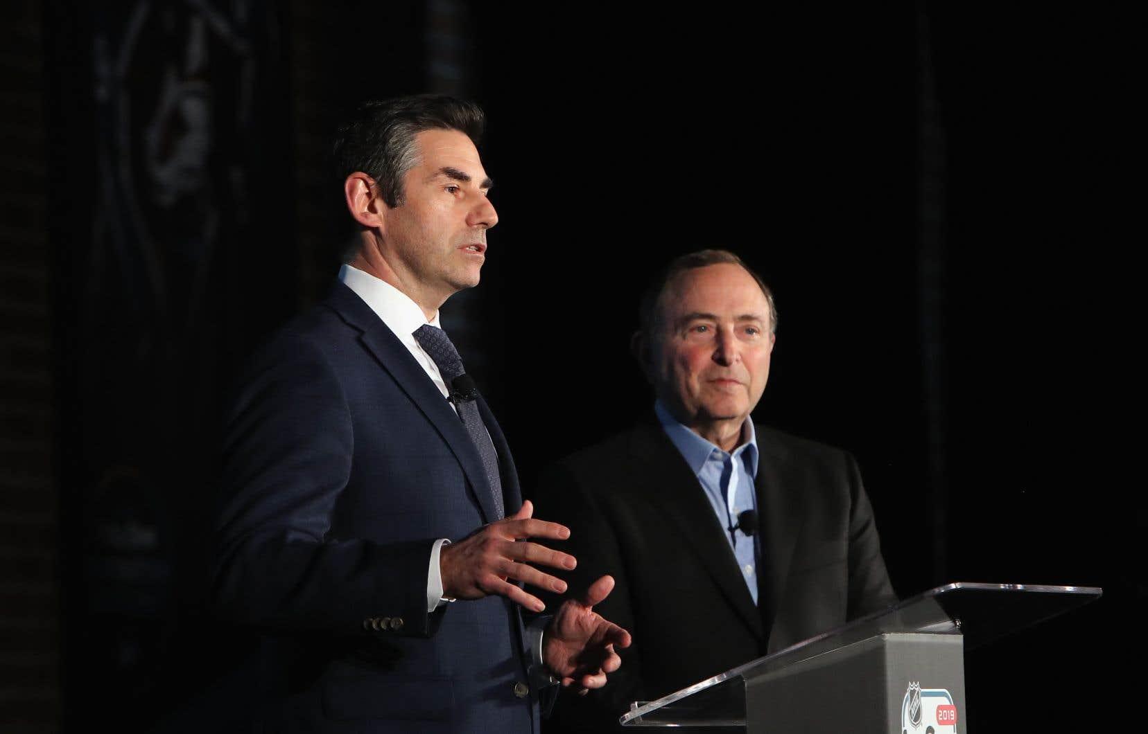 Mathieu Schneider de l'AJLNH et le commissaire de la LNH Gary Bettman