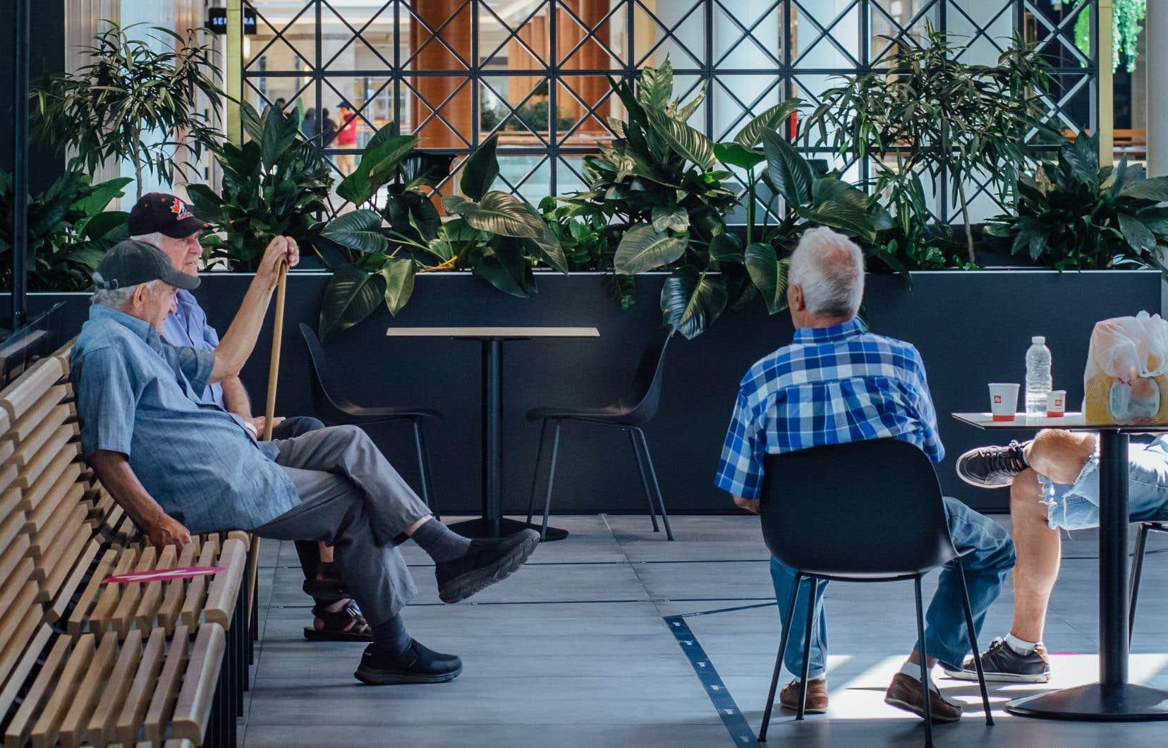 Des personnes retraitées ont profité de l'air climatisé au Centre Rockland, à Montréal, lundi, pour échapper à la vague de chaleur qui frappe le sud du Québec depuis quelques jours.