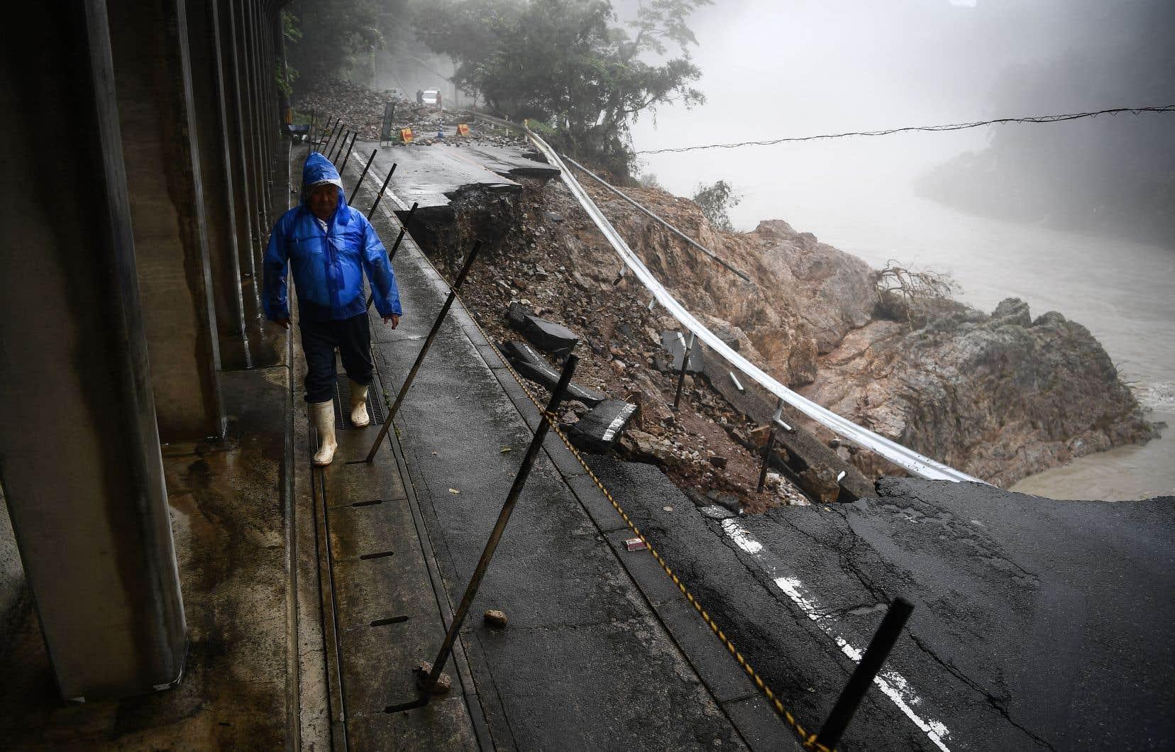 Des cours d'eau en furie ont balayé des ponts et rendu des routes impraticables à Kyushu, forçant les secouristes à intervenir à bord de canots ou par hélicoptère.