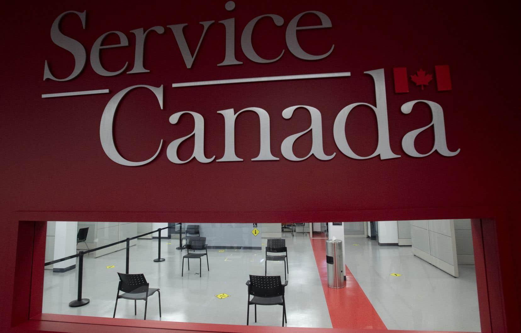 Jusqu'à 90 succursales de Service Canada devraient ouvrir leurs portes d'ici la fin du mois.