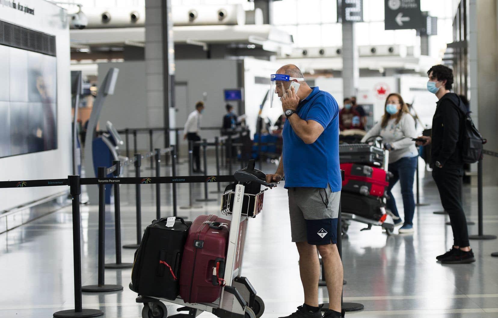Le gouvernement rappelle que tous les voyageurs récemment revenus au Canada doivent se placer en quarantaine pendant 14 jours, qu'ils présentent des symptômes de coronavirus ou non.