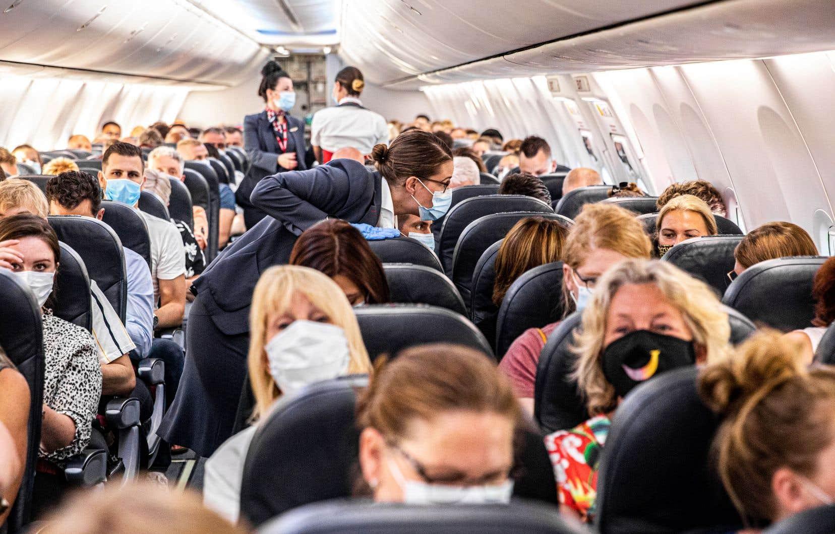 Le port du masque est obligatoire dans les avions au Canada depuis le 20 avril.