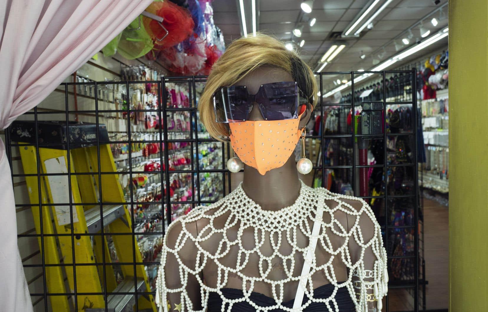 Le port du masque sert principalement à protéger les autres en empêchant nos gouttelettes potentiellement infectées de s'échapper.