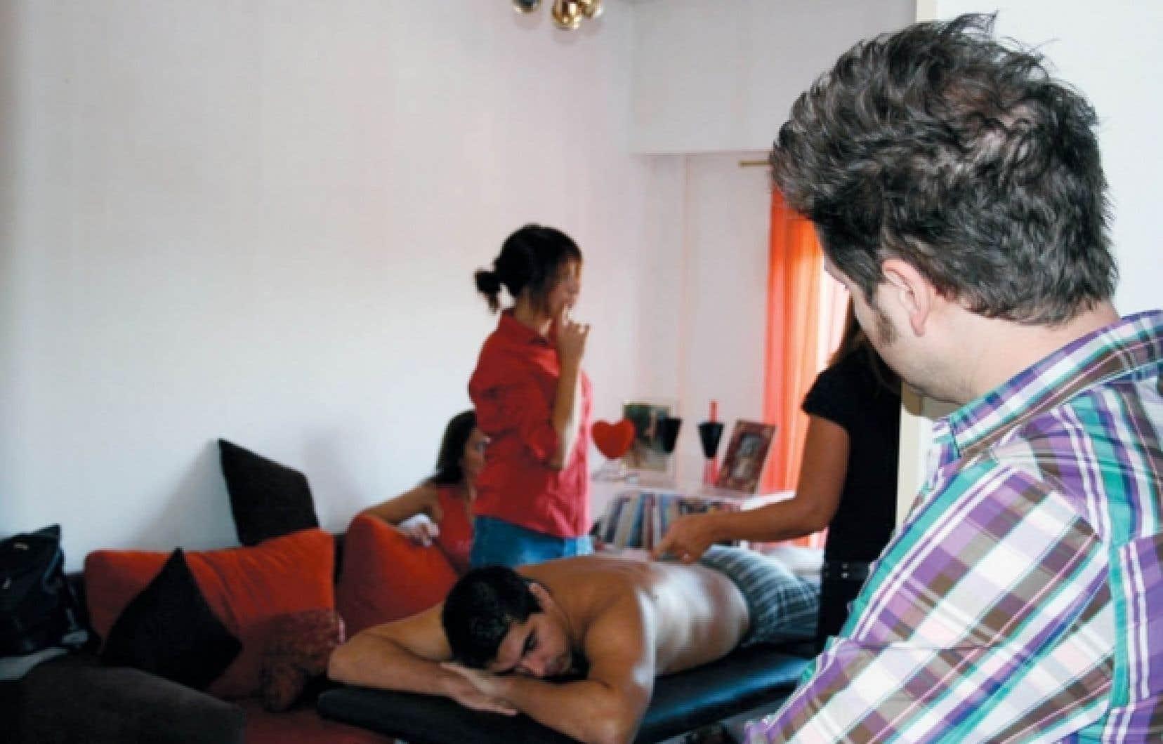 L'animateur de Sexe autour du monde observe discrètement un cours de massage érotique en Argentine, le pays proclamé des meilleurs amants.