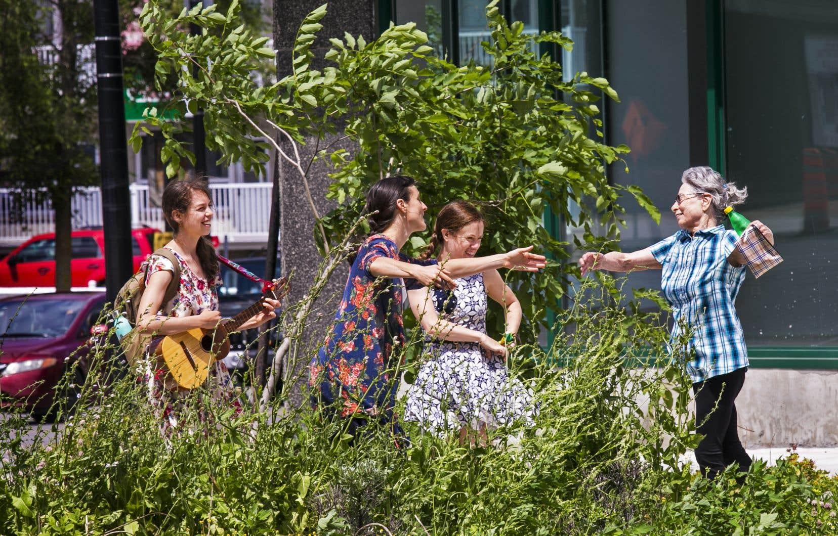 Accompagnée par Diana Leon, au cuatro, Ariane Boulet et Audrey Bergeron, la résidente Hélène Roy renoue avec son amour de jeunesse durant une balade dansée. Allégresse (et pied-de-nez à la pandémie).